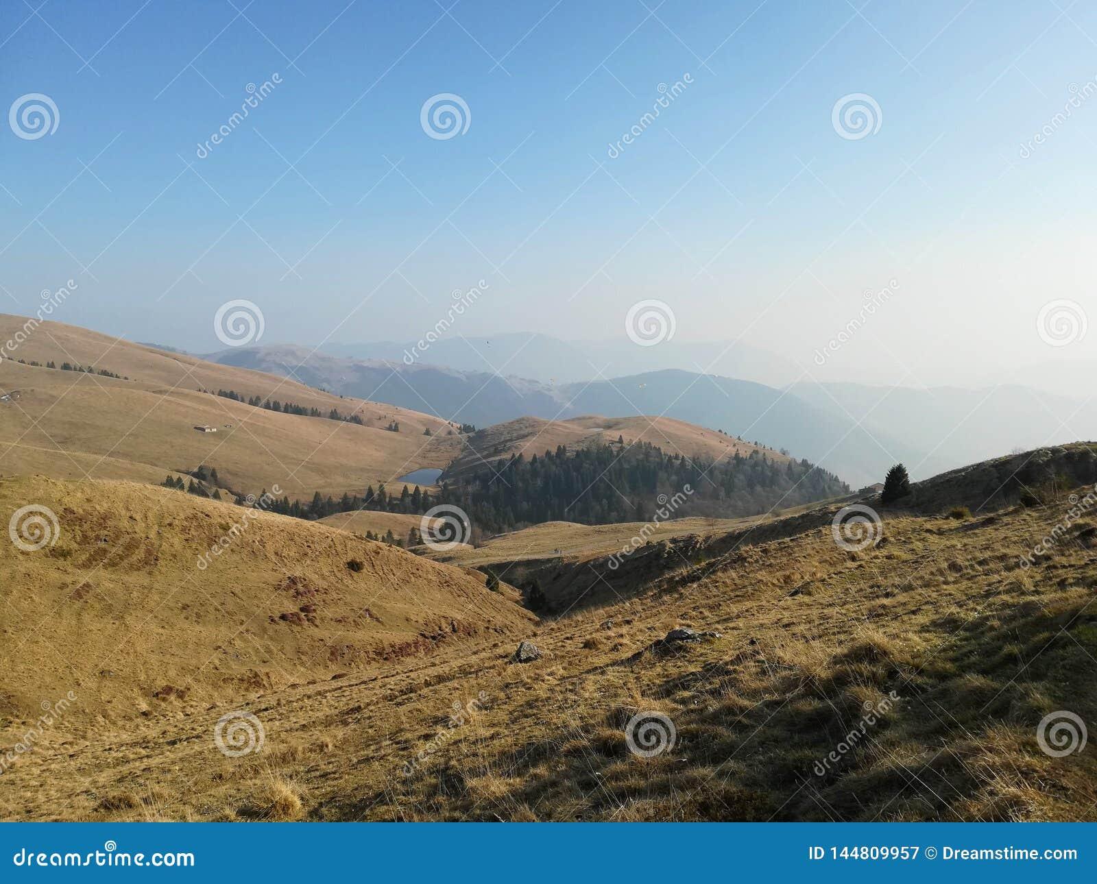 Λόφοι και βουνά στον πρώτο ήλιο άνοιξη