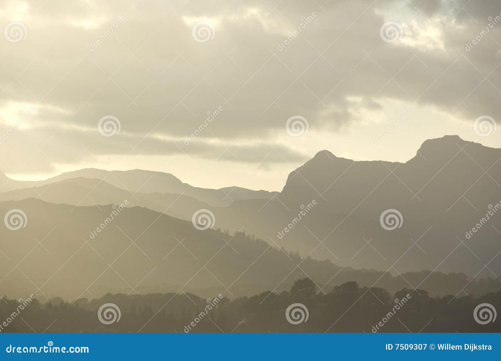 λόφοι ομίχλης βραδιού