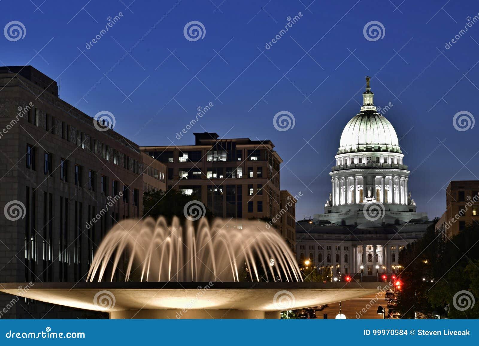 Μάντισον, Ουισκόνσιν, ΗΠΑ Σκηνή νύχτας με το κύριο κτήριο και τη φωτισμένη πηγή στο πρώτο πλάνο
