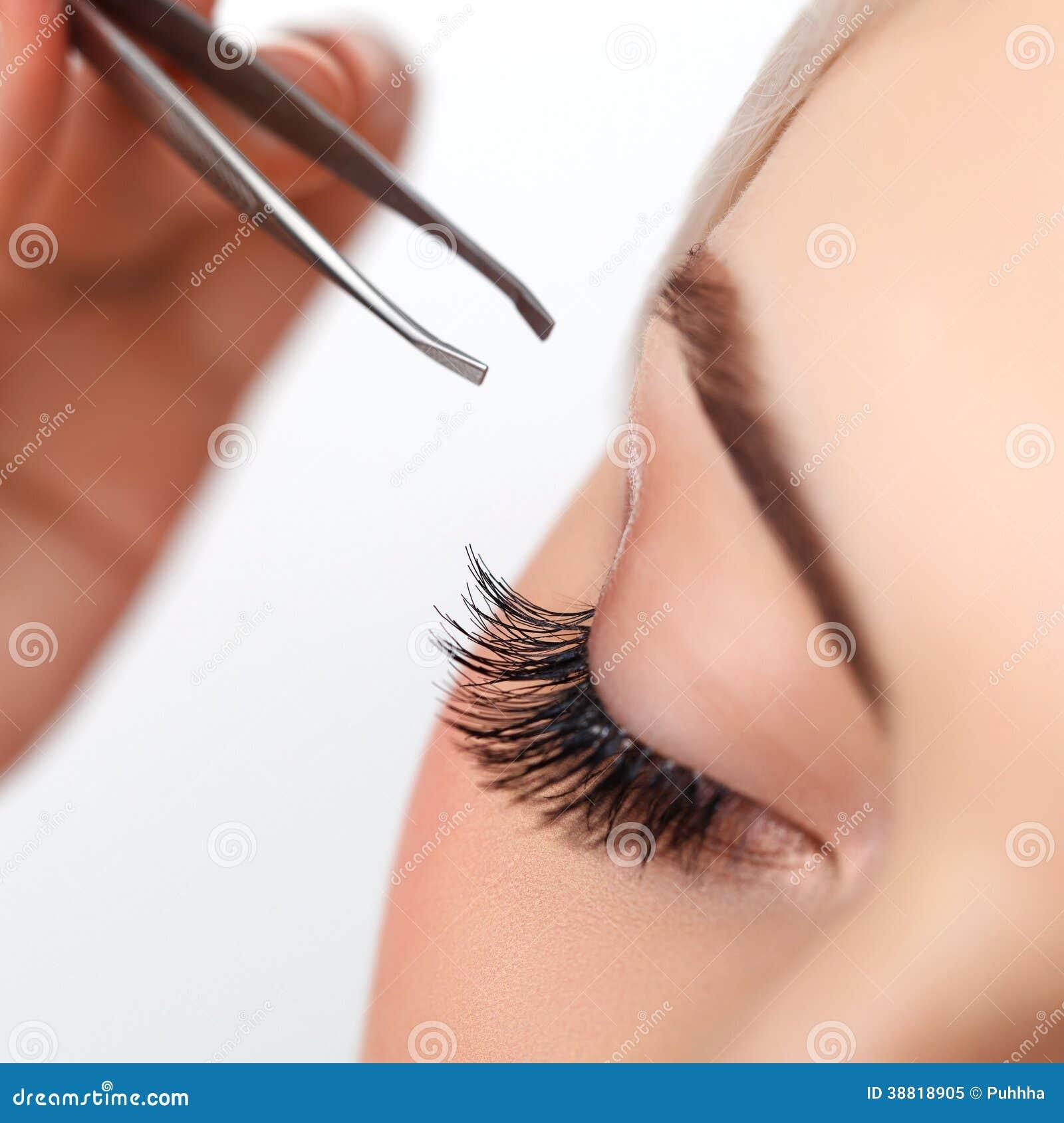 Μάτι γυναικών με τα μακροχρόνια eyelashes. Επέκταση Eyelash.
