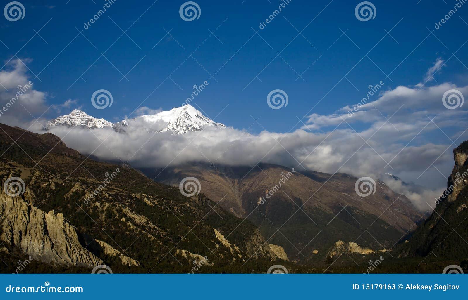 μέγιστο χιόνι βουνών σύννεφ&om
