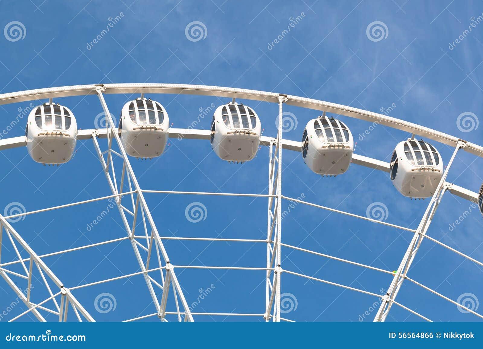Download Μέρος της άσπρης ρόδας Ferris ενάντια στο μπλε ουρανό Στοκ Εικόνες - εικόνα από ημέρα, γύρος: 56564866