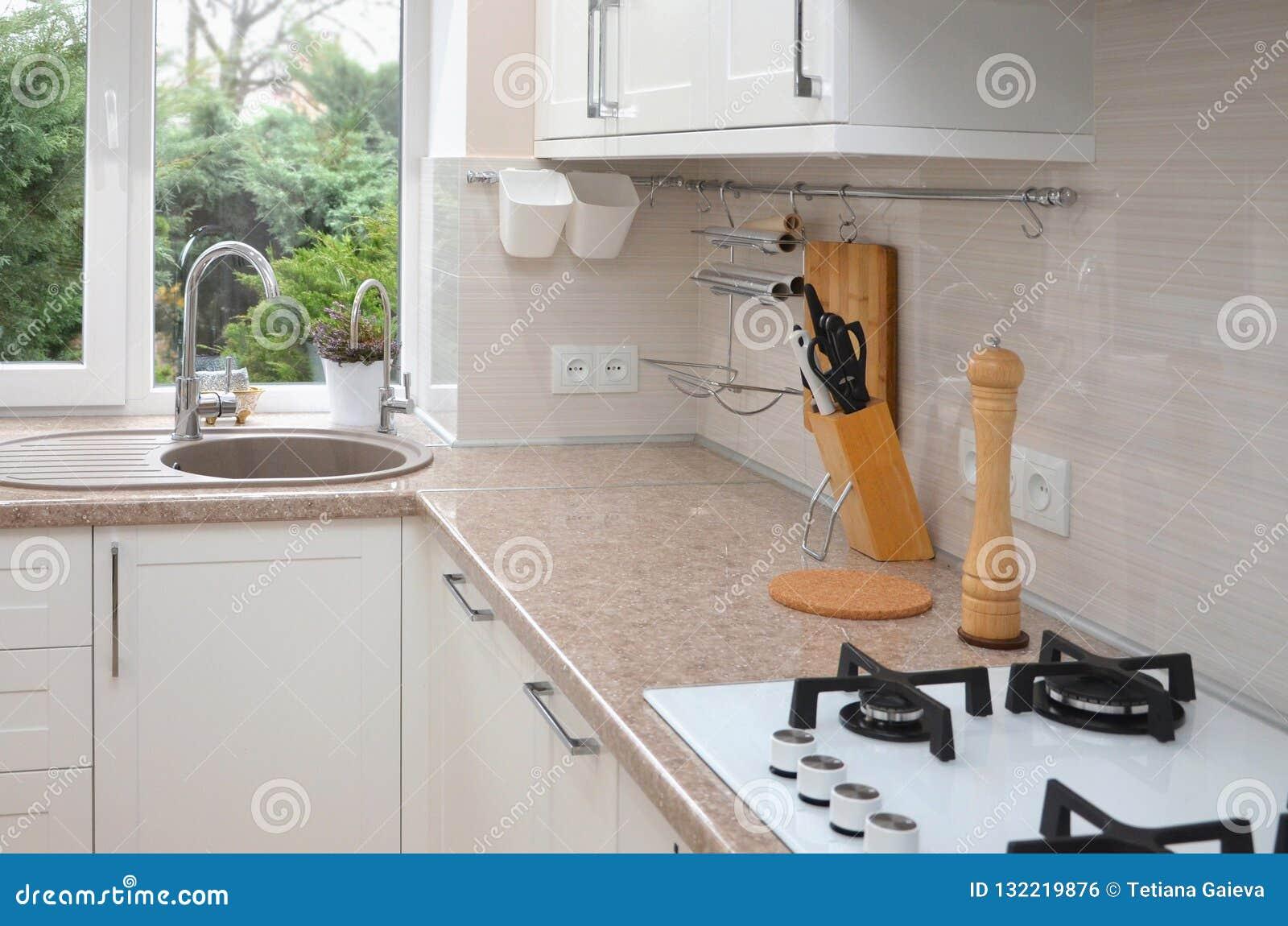 Μέρος του εσωτερικού κουζινών ενάντια στο παράθυρο