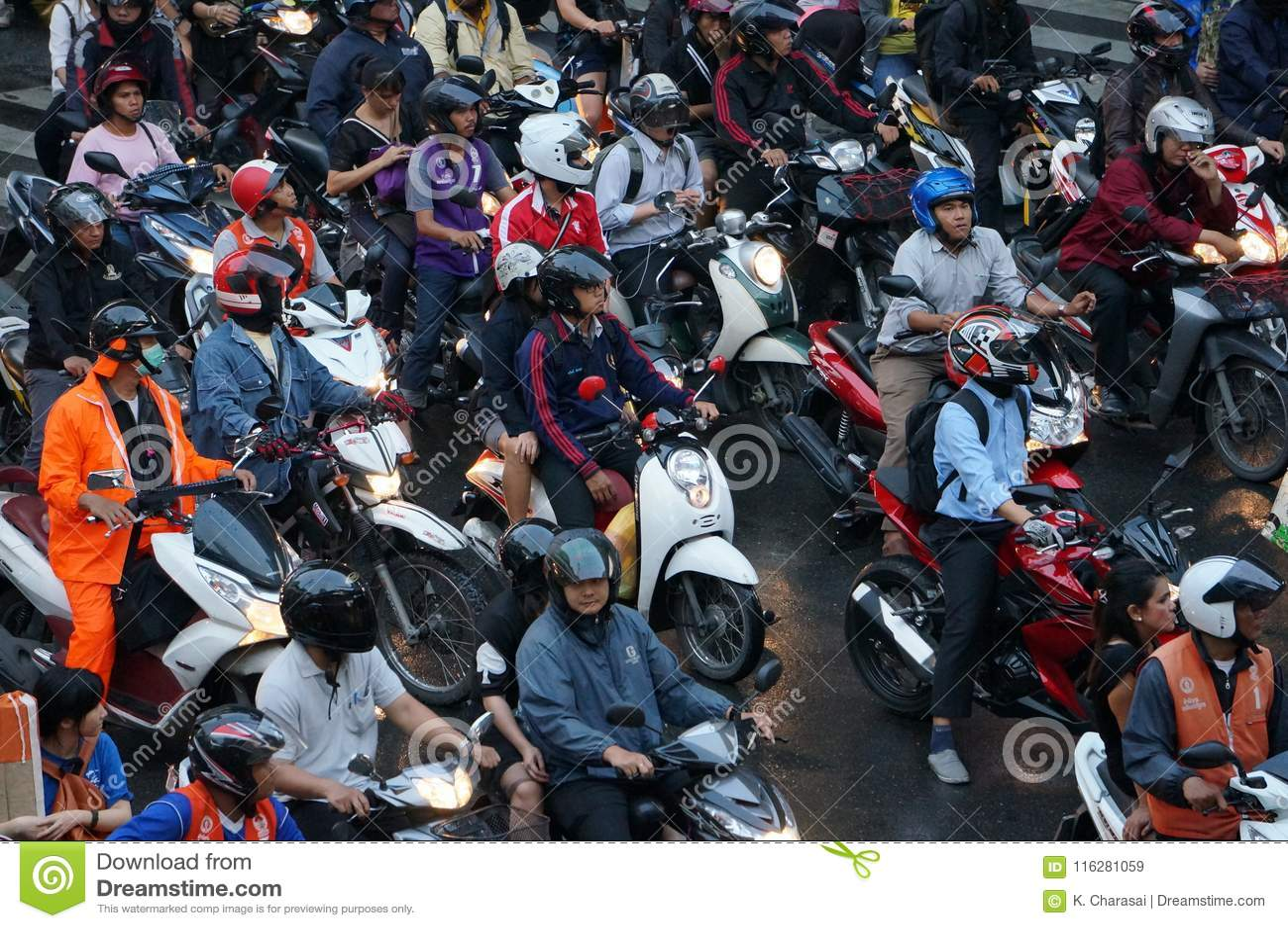 Μέρος των μοτοσικλετών που περιμένει το σήμα κυκλοφορίας στην πόλη της Μπανγκόκ το βράδυ μετά από τη ώρα κυκλοφοριακής αιχμής γρα