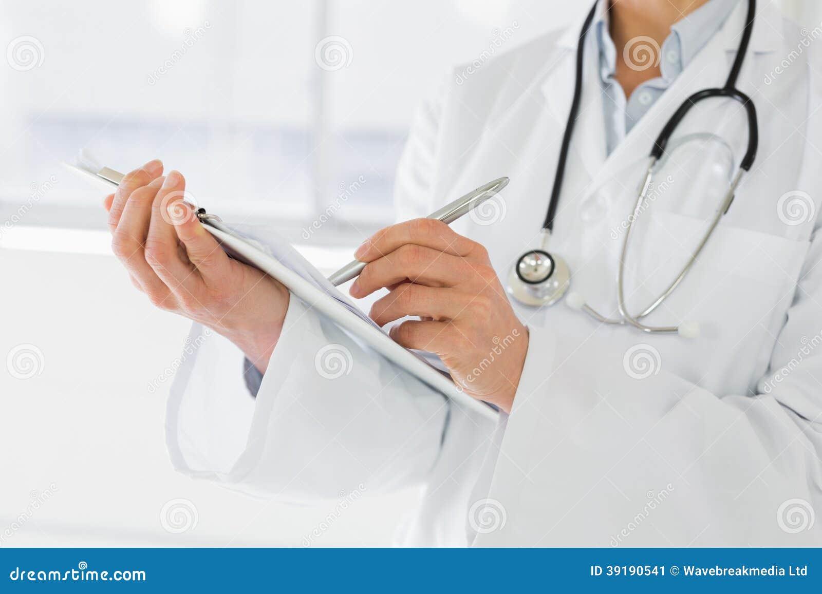 Μέσο τμήμα εκθέσεων ενός των θηλυκών γιατρών γραψίματος