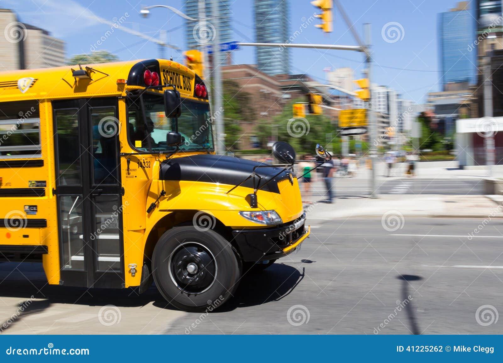 Μέτωπο ενός κινούμενου σχολικού λεωφορείου
