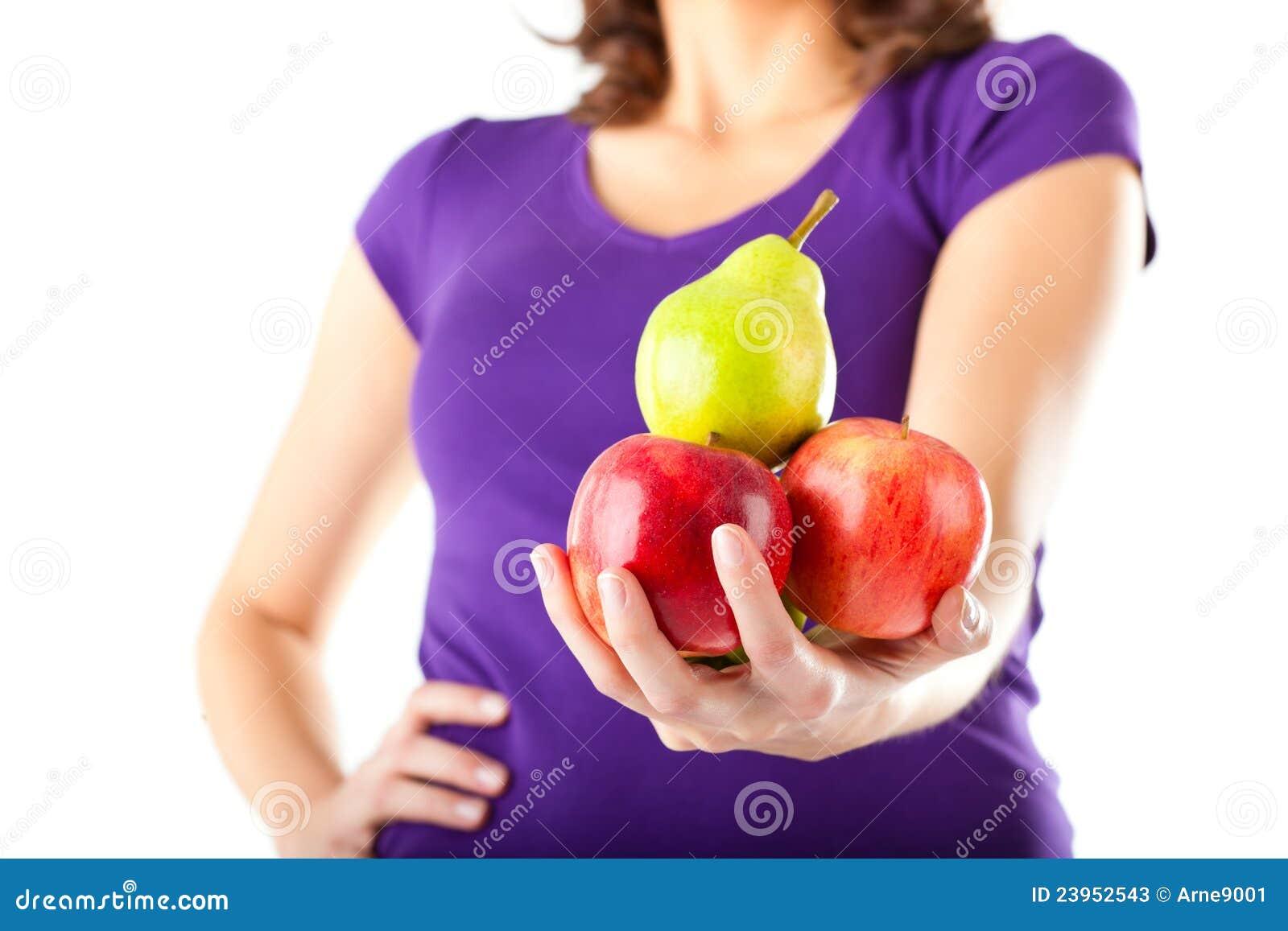 μήλα που τρώνε την υγιή γυναίκα αχλαδιών