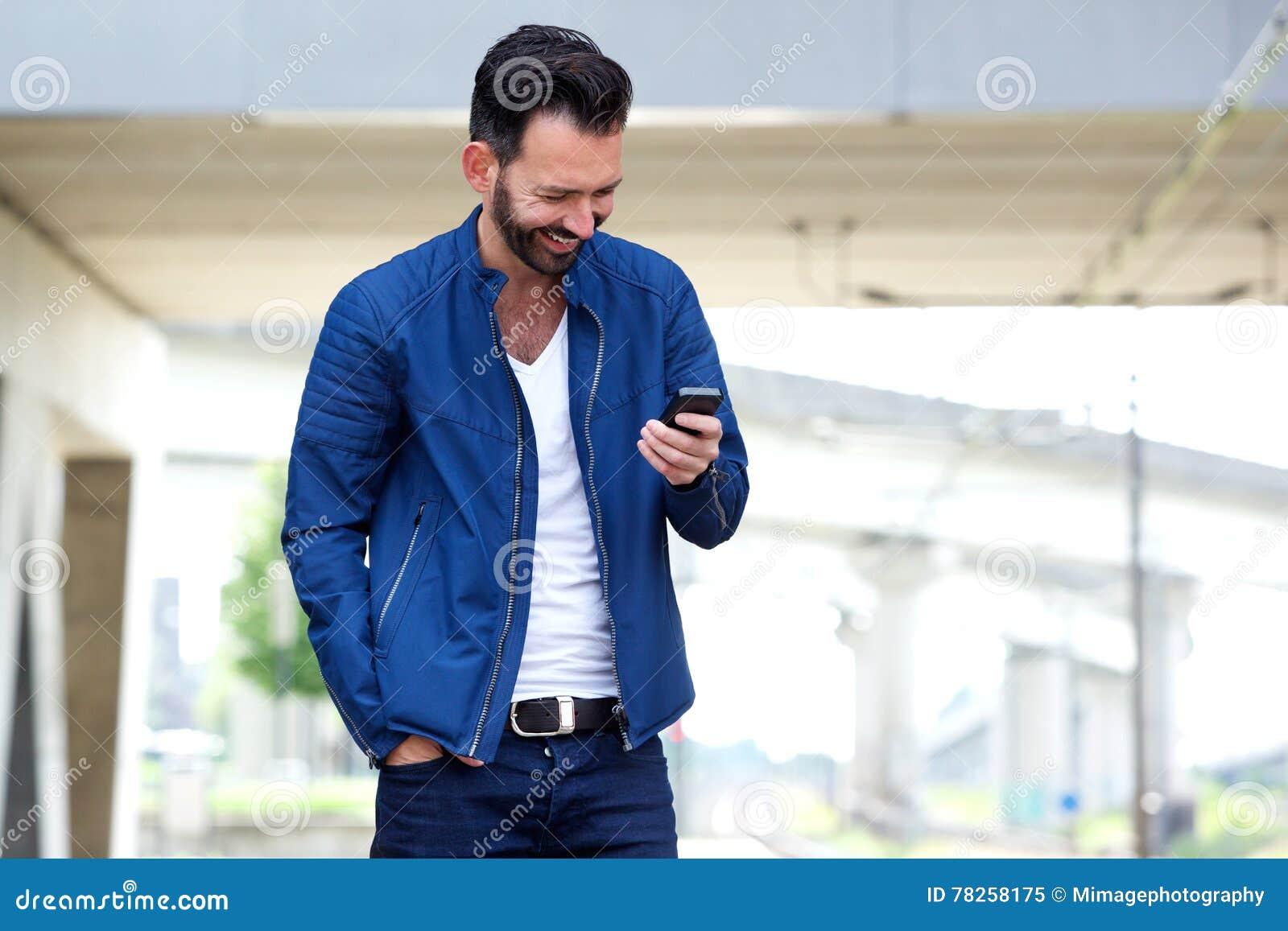 Μήνυμα κειμένου ανάγνωσης ατόμων στο κινητό τηλέφωνο και το χαμόγελο