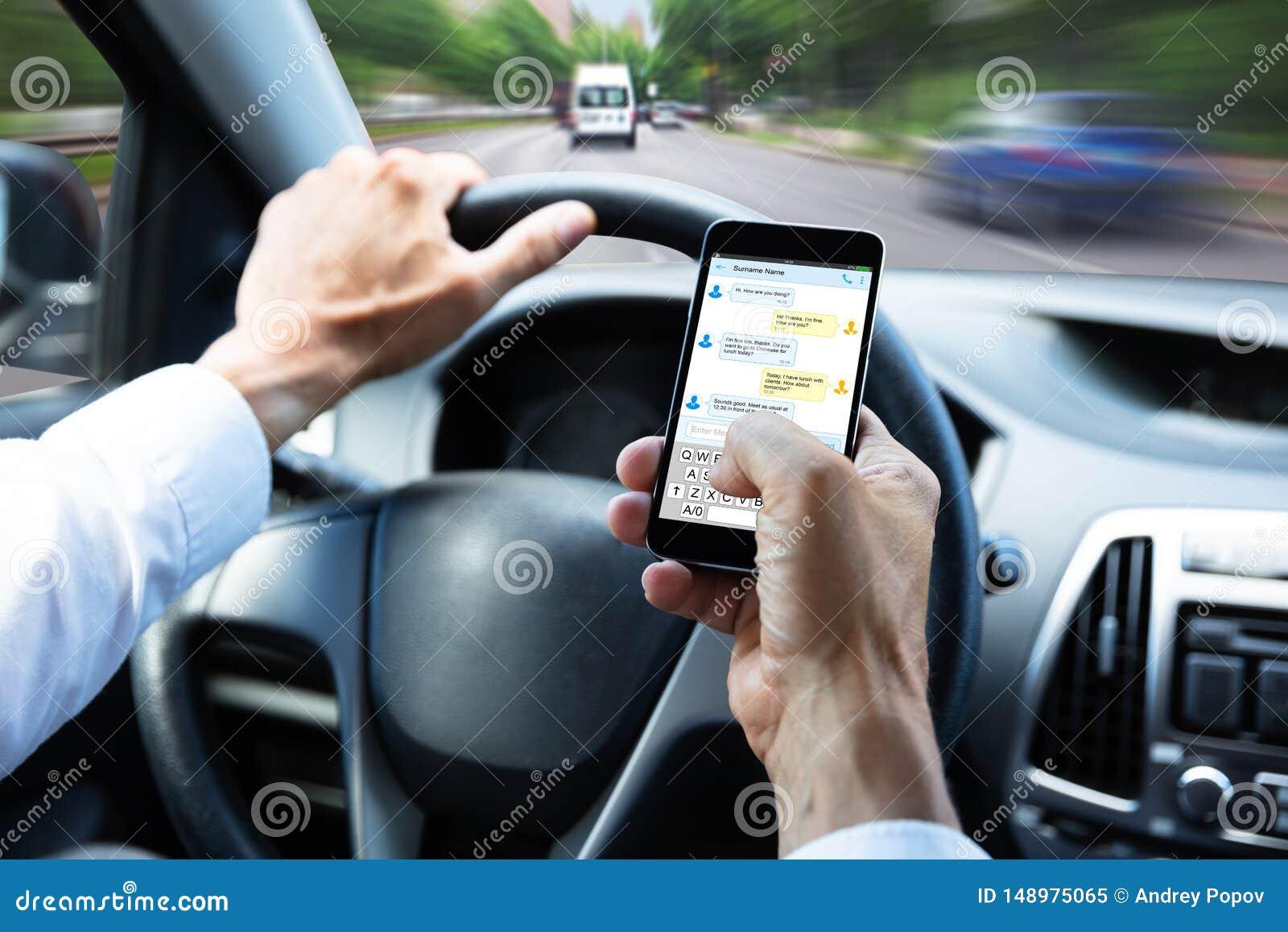 Μήνυμα κειμένου δακτυλογράφησης ατόμων στο κινητό τηλέφωνο Drive το αυτοκίνητο