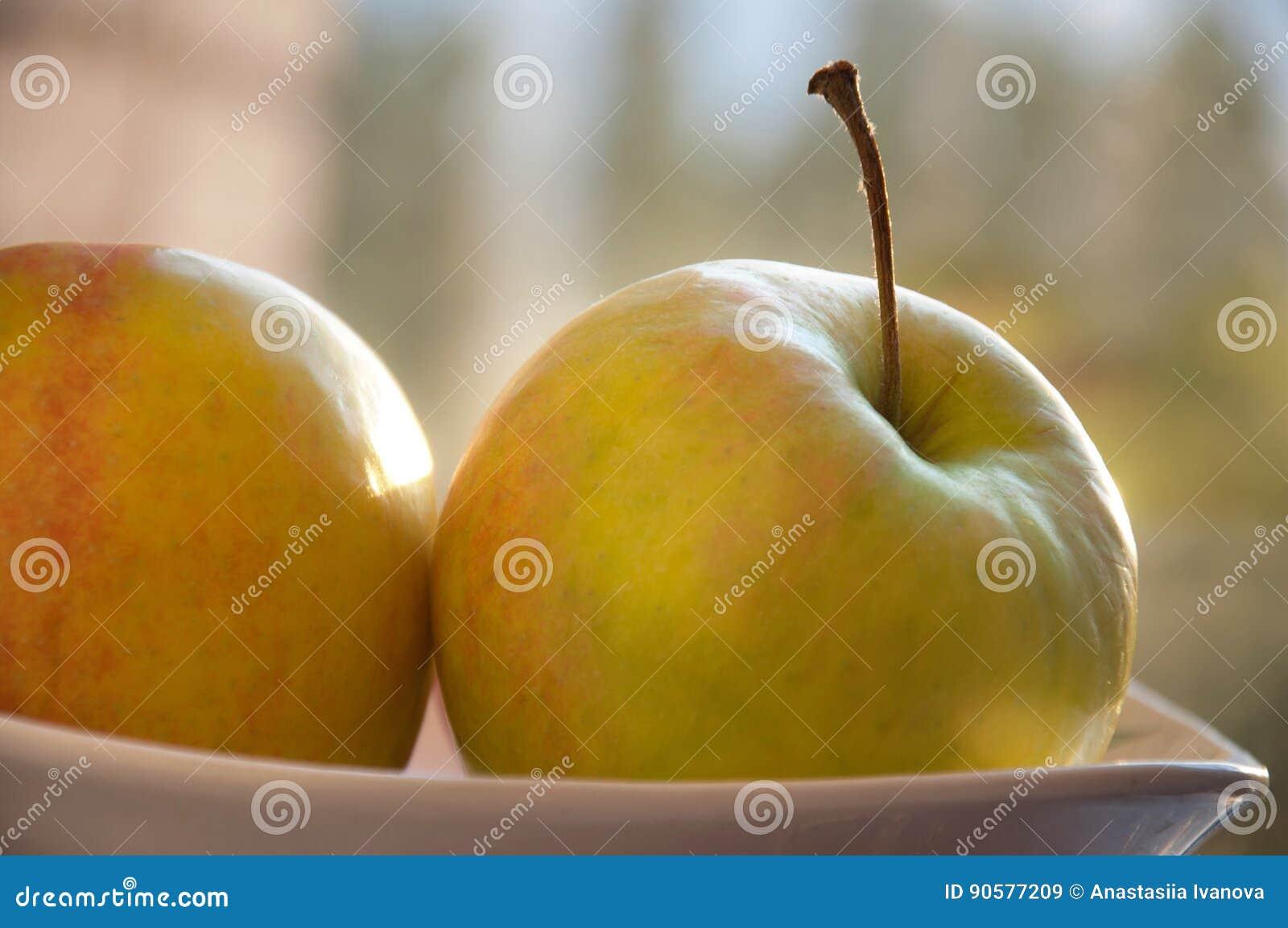 Μήλα στο πιάτο