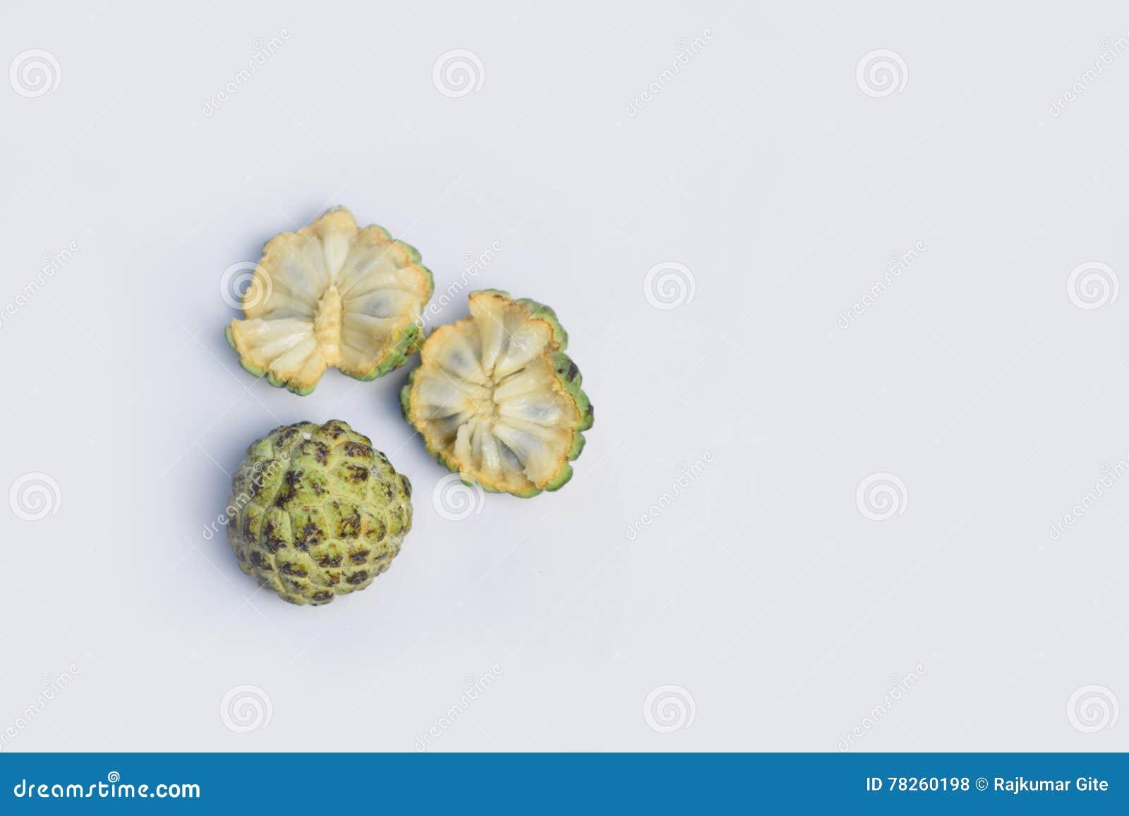 Μήλο κρέμας στο άσπρο υπόβαθρο