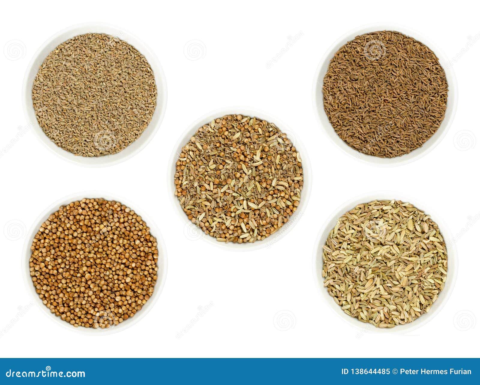 Μίγμα καρυκευμάτων ψωμιού που περιβάλλεται από τα συστατικά στα κύπελλα πέρα από το λευκό