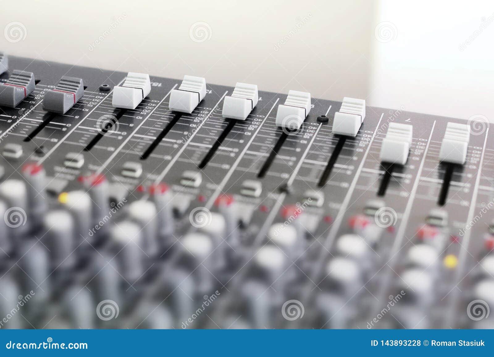 Μίξη της κονσόλας για το μικρόφωνο Υγιής εξοπλισμός