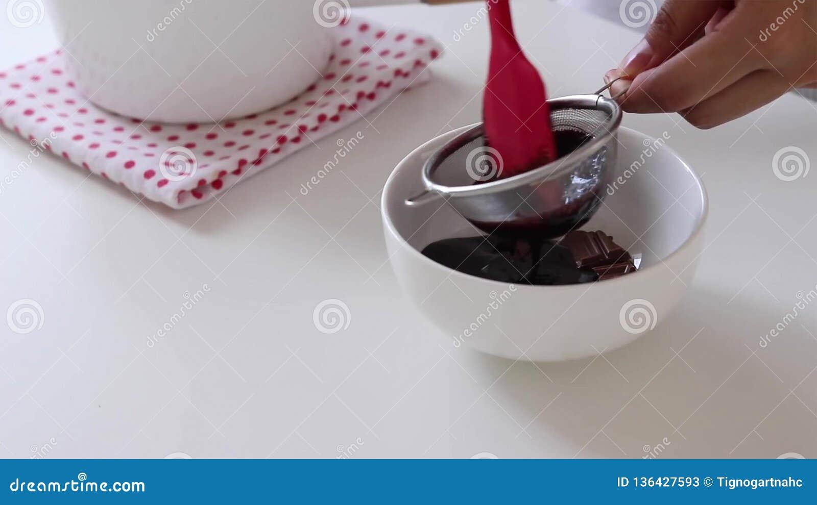 Μίξη του λούστρου σοκολάτας Μαγειρεύοντας κέικ