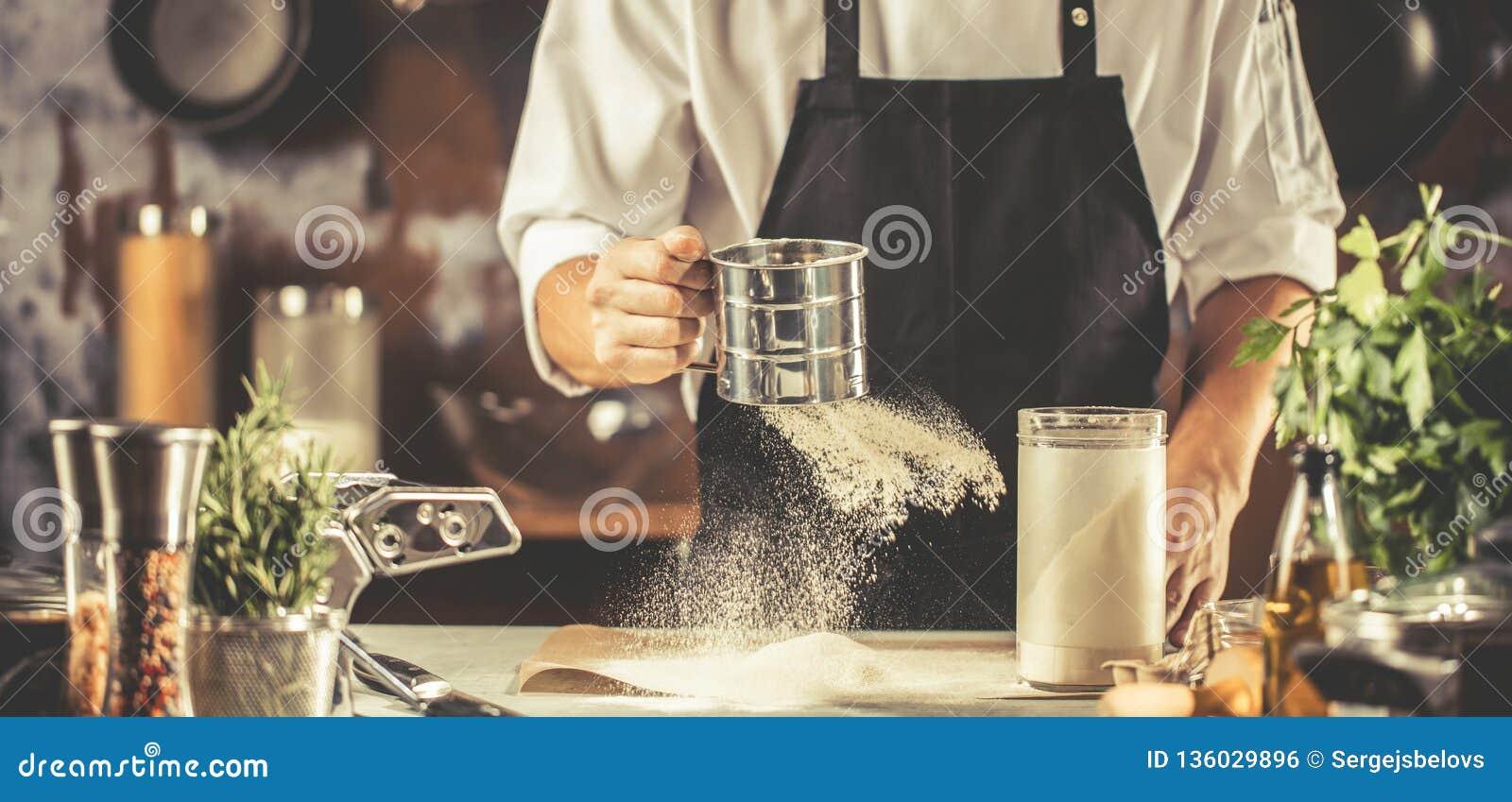 Μαγείρεμα, επάγγελμα και έννοια ανθρώπων - αρσενικός μάγειρας αρχιμαγείρων που κατασκευάζει τα τρόφιμα στην κουζίνα εστιατορίων