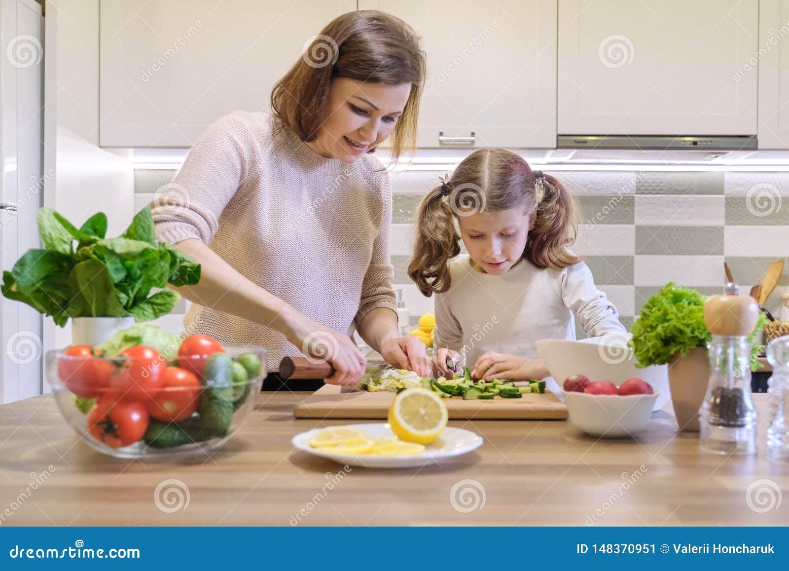 Μαγείρεμα μητέρων και παιδιών μαζί στο σπίτι στην κουζίνα Η υγιής κατανάλωση, μητέρα διδάσκει την κόρη για να μαγειρεψει, επικοιν