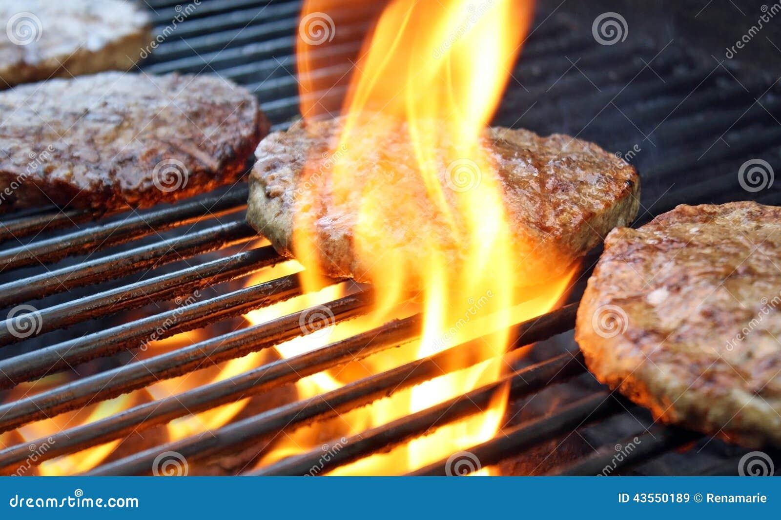 Μαγείρεμα Burgers πέρα από τις φλόγες στη σχάρα