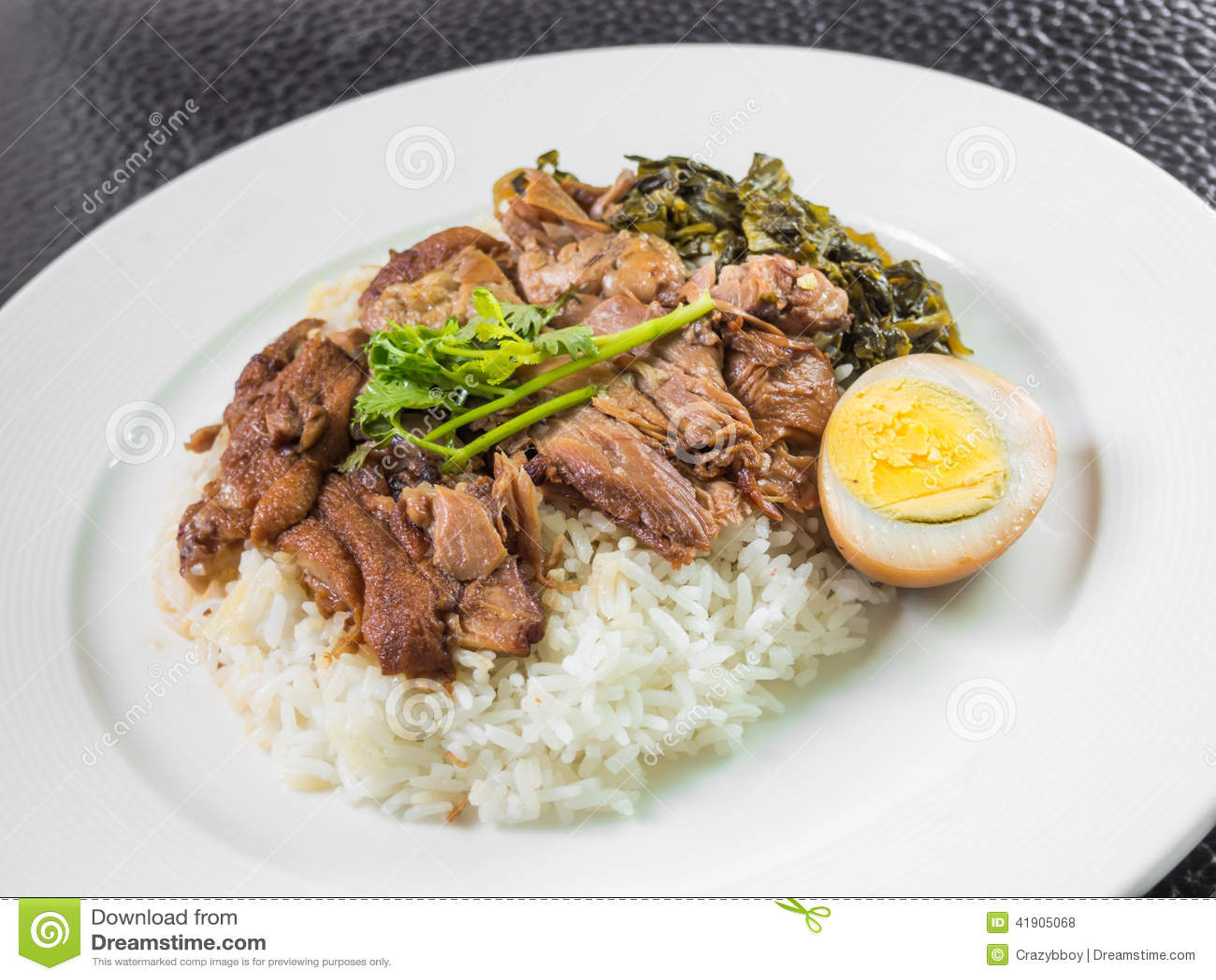 Μαγειρευμένο πόδι χοιρινού κρέατος στο ρύζι με το βρασμένες αυγό και την κονσέρβα