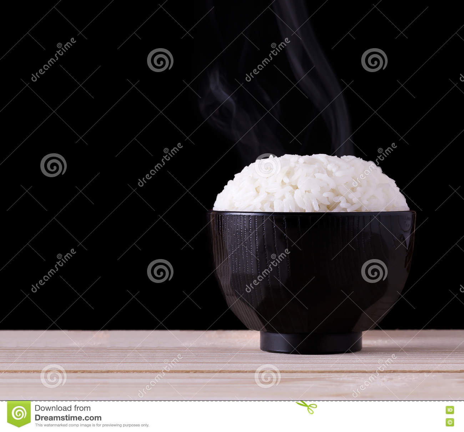 Μαγειρευμένο ρύζι στο μαύρο υπόβαθρο