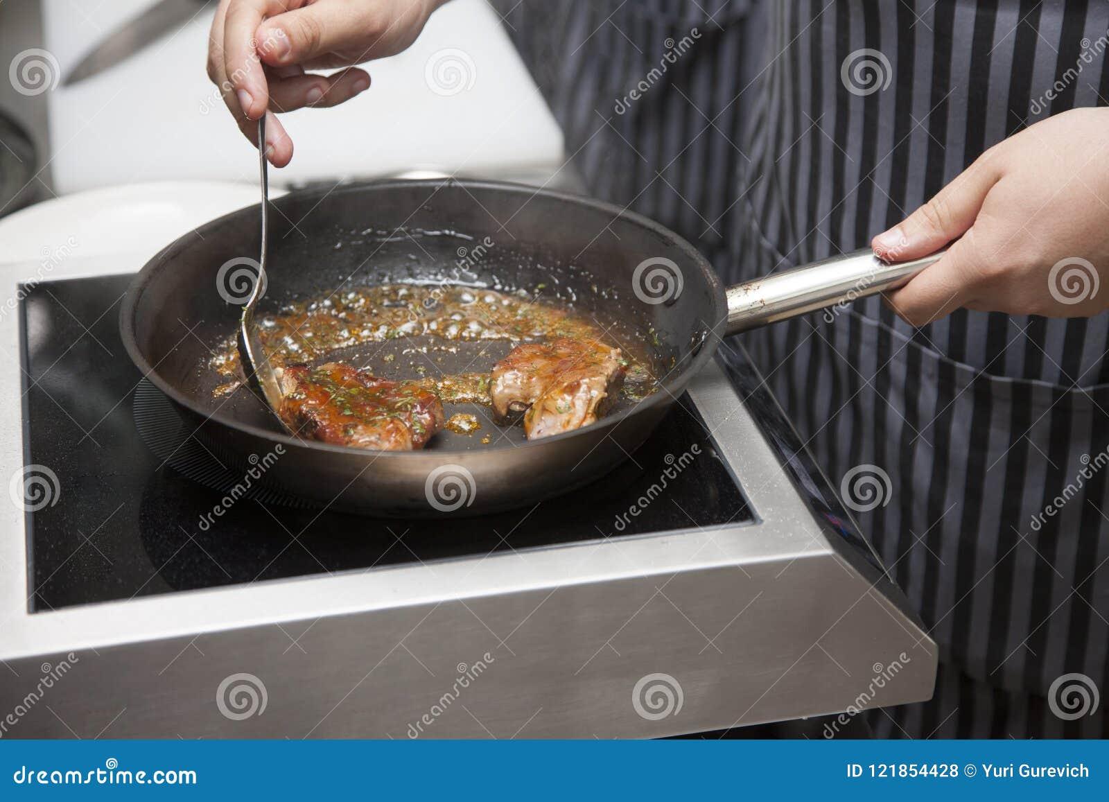 Μαγειρεύοντας αρνί αρχιμαγείρων χεριών