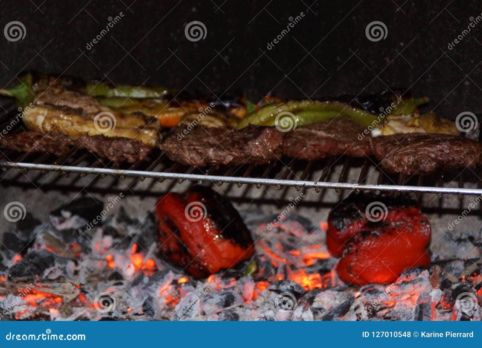 Μαγειρεύοντας με τη σχάρα, γεύμα του καλοκαιριού
