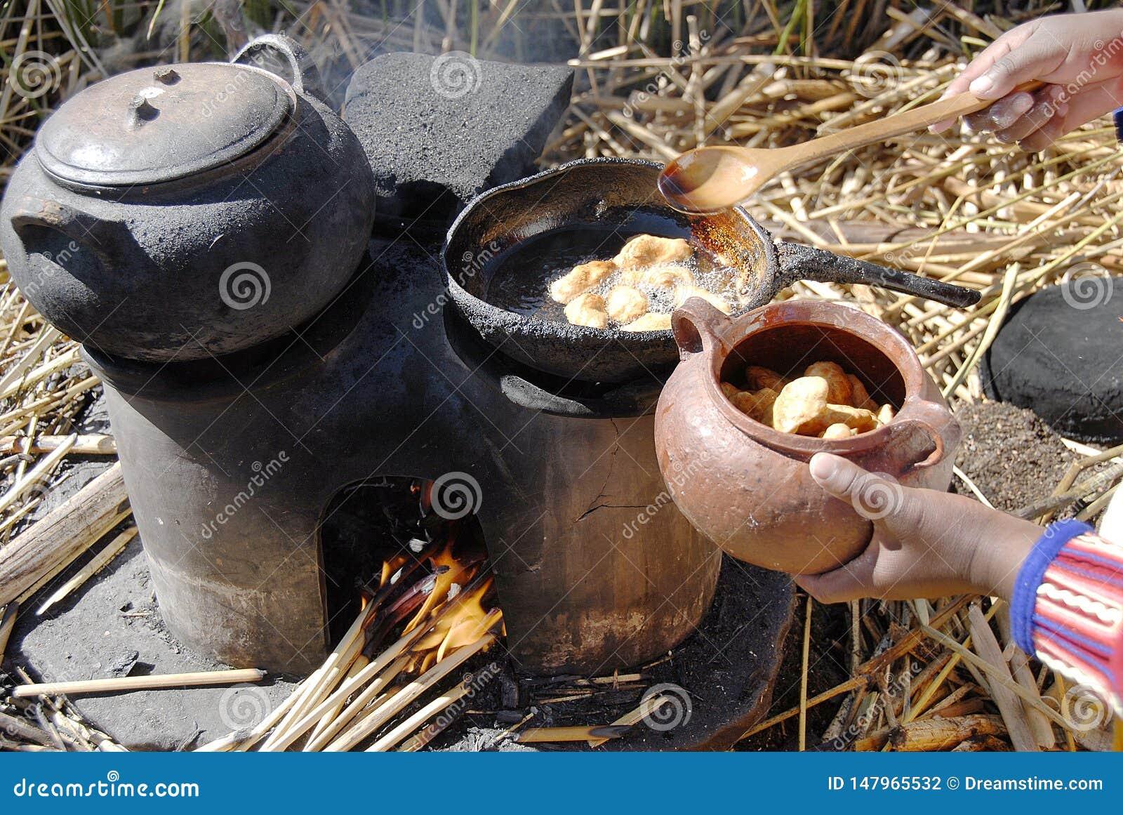 Μαγειρεύοντας στο νησί Totora, λίμνη Titicaca, Puno, Περού