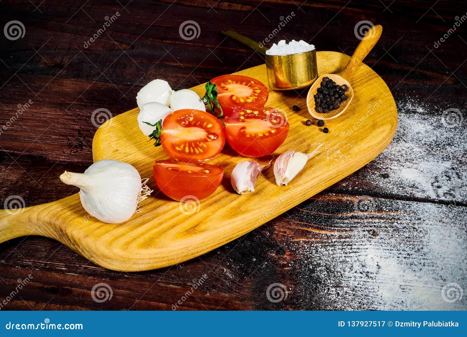 Μαγειρεύοντας συστατικά πιτσών Ζύμη, λαχανικά και καρυκεύματα Τοπ άποψη με το διάστημα αντιγράφων