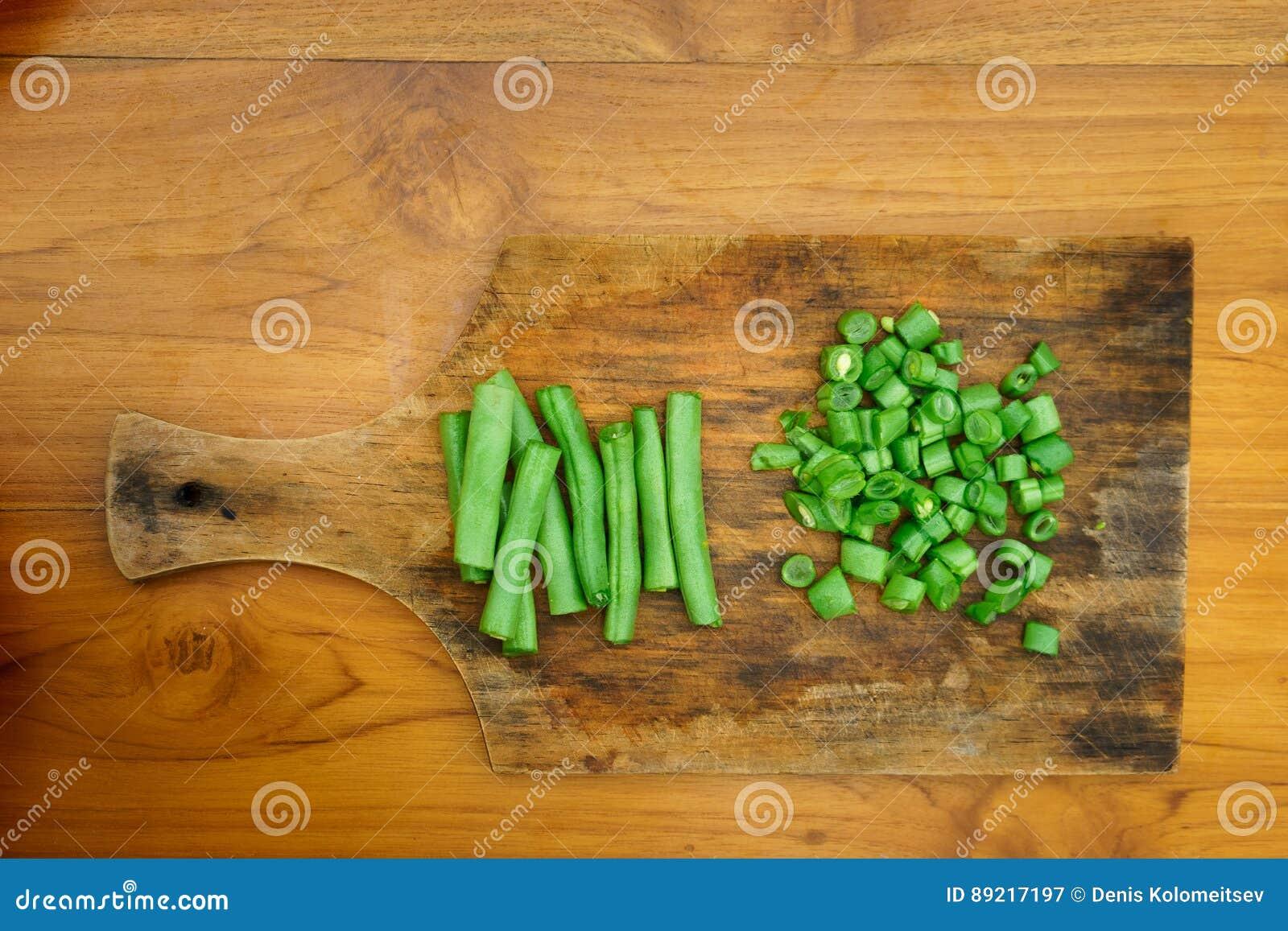 Μαγειρικό εργαστήριο σαλάτα που βλασταίνεται στενή επάνω στο λαχανικό