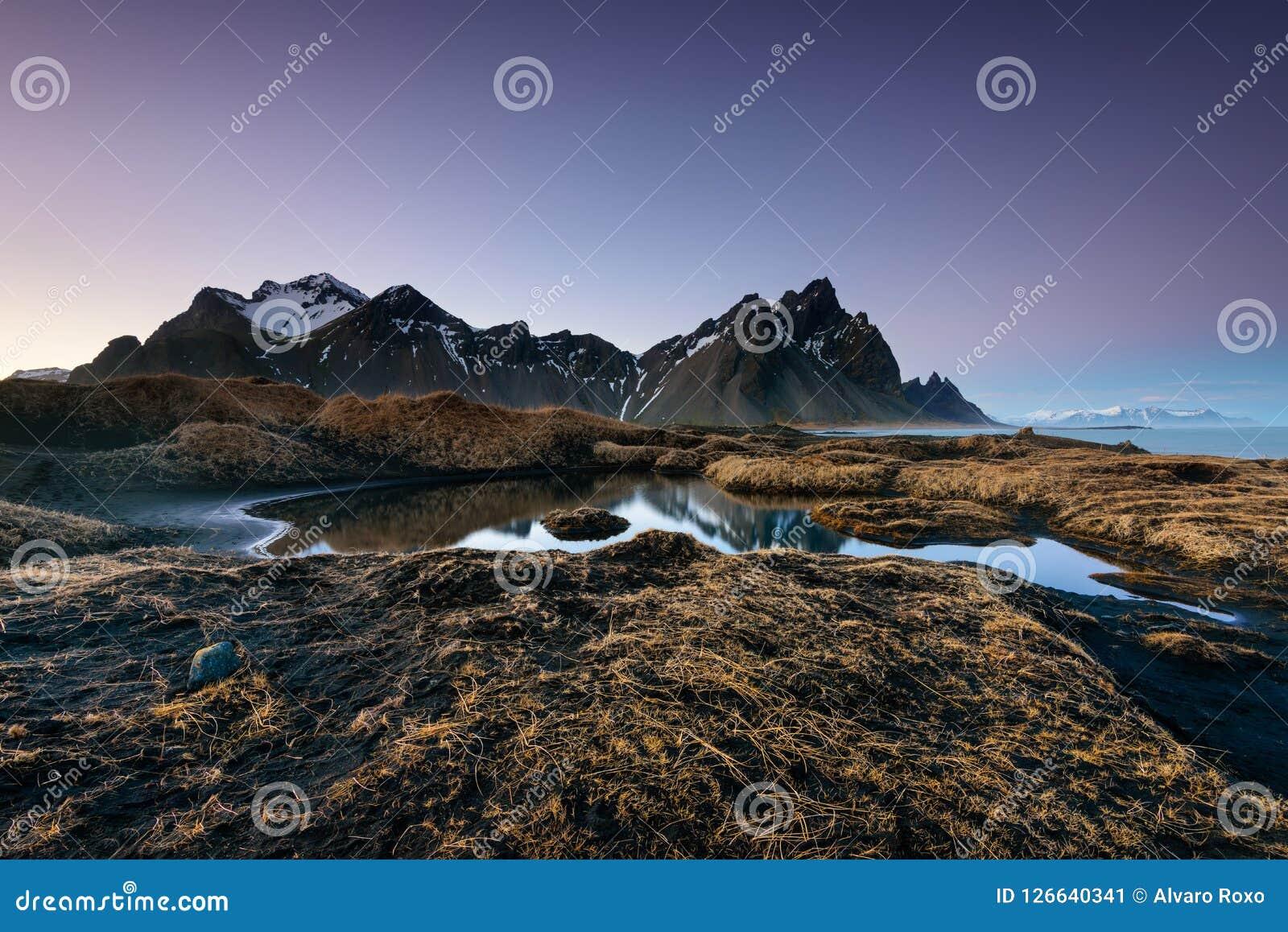Μαγικές βουνά και παραλία Vestrahorn στην Ισλανδία στην ανατολή