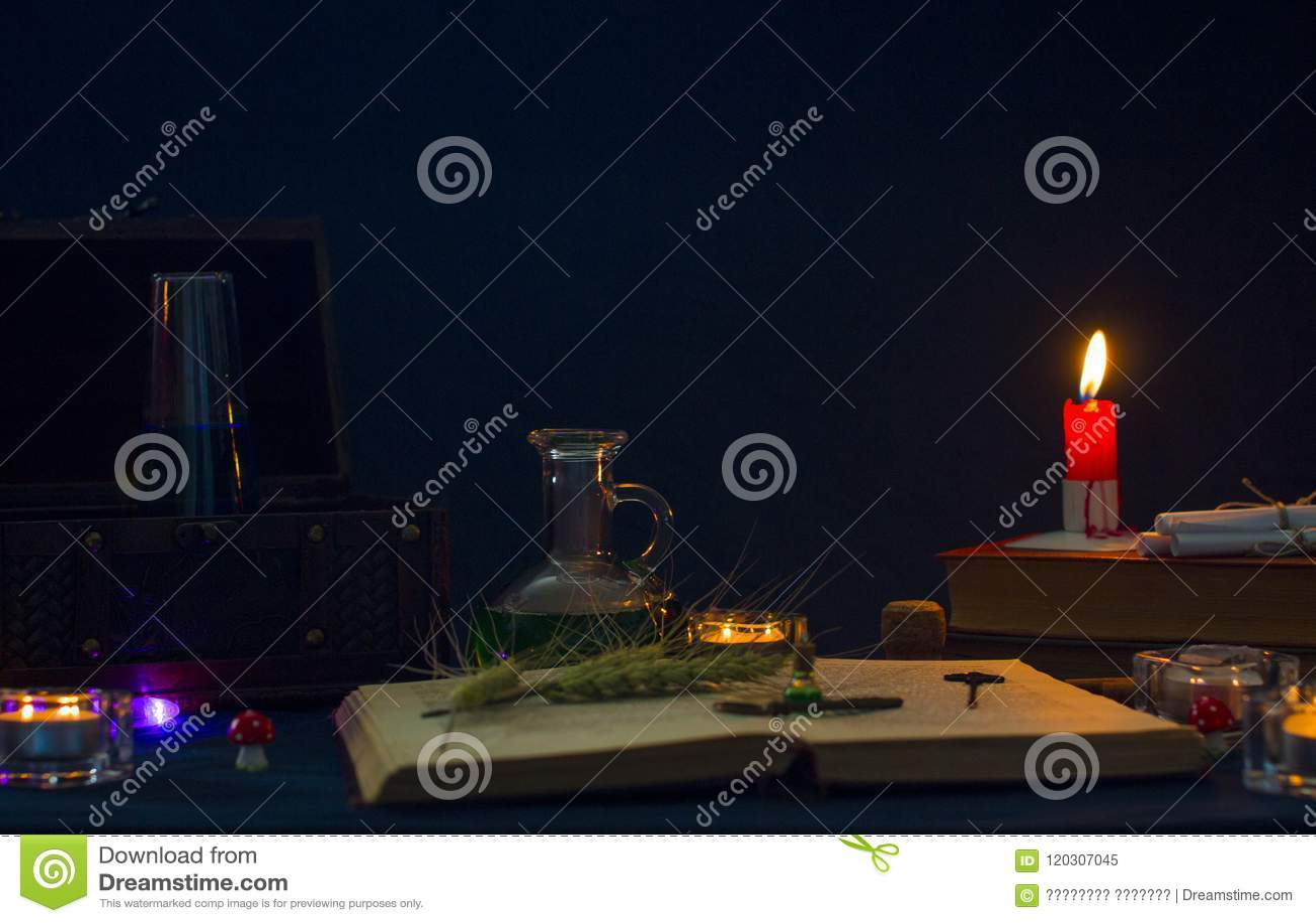 Μαγική φίλτρο, αρχαία βιβλία και κεριά στο σκοτεινό υπόβαθρο