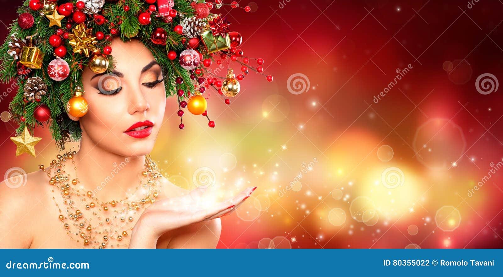 Μαγικός αποτελέστε - πρότυπη γυναίκα με το χριστουγεννιάτικο δέντρο