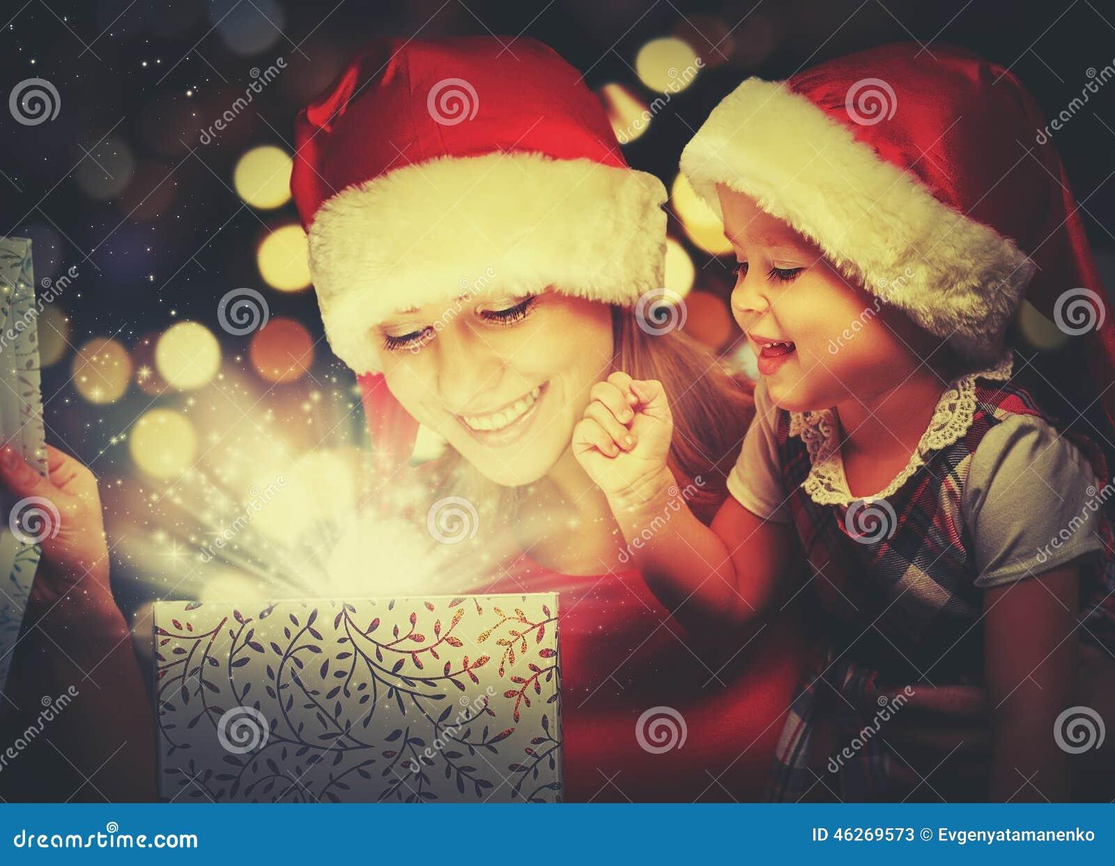Μαγικό κιβώτιο δώρων Χριστουγέννων και ένα ευτυχές κοριτσάκι οικογενειακών μητέρων και κορών