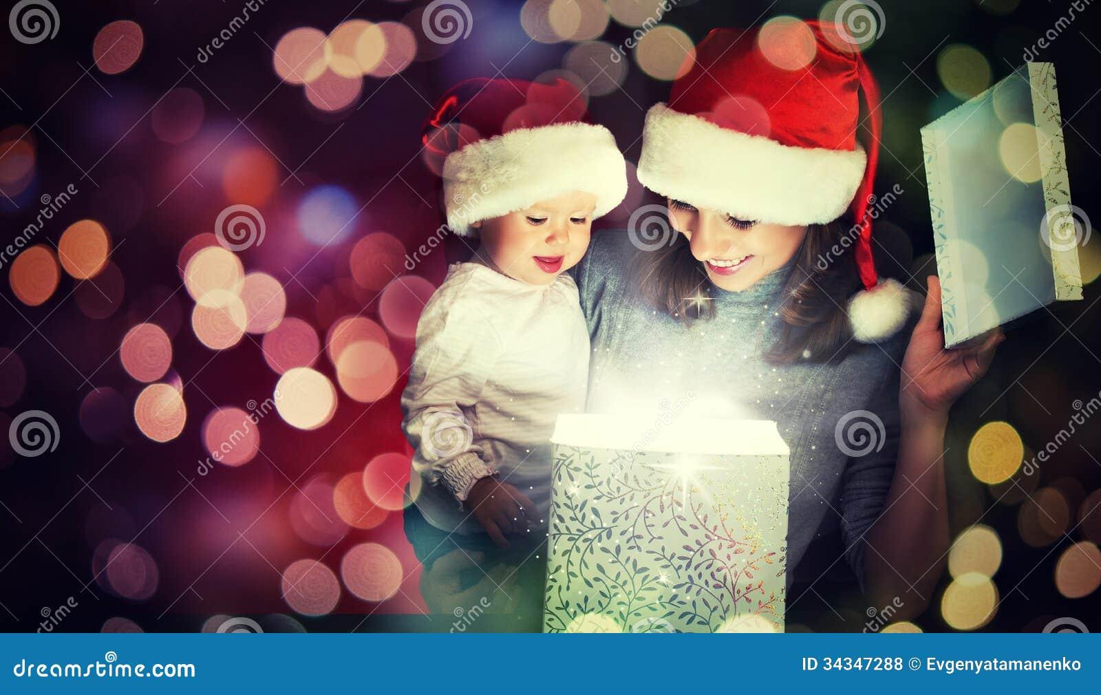 Μαγικό κιβώτιο δώρων Χριστουγέννων και μια ευτυχή οικογενειακά μητέρα και ένα μωρό