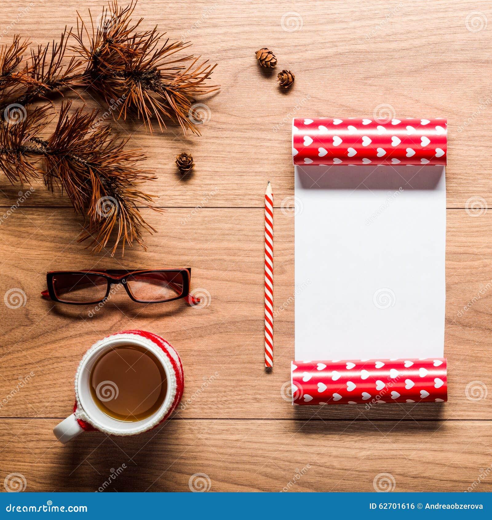 Μαγικό υπόβαθρο θέματος Χριστουγέννων, κώνοι πεύκων, καφές, μπισκότα και μια κενή επιστολή στο santa