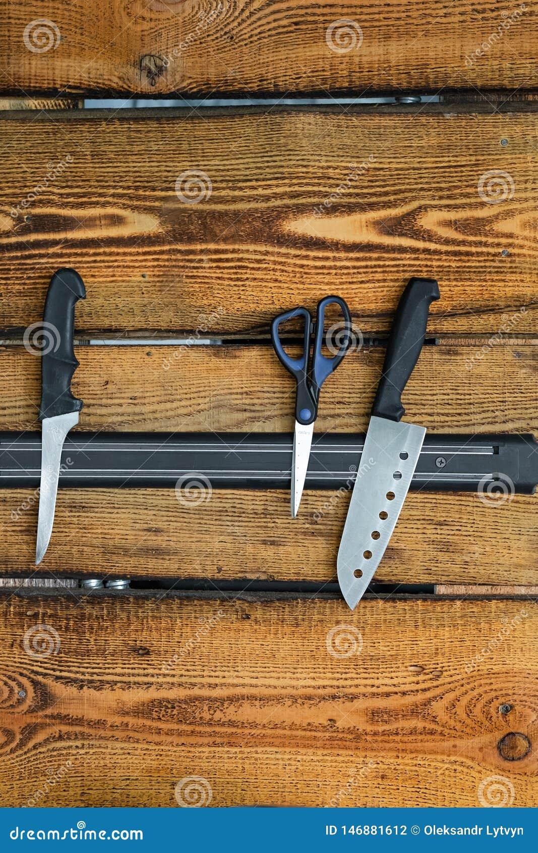 Μαγνητικός κάτοχος μαχαιριών σε έναν ξύλινο τοίχο
