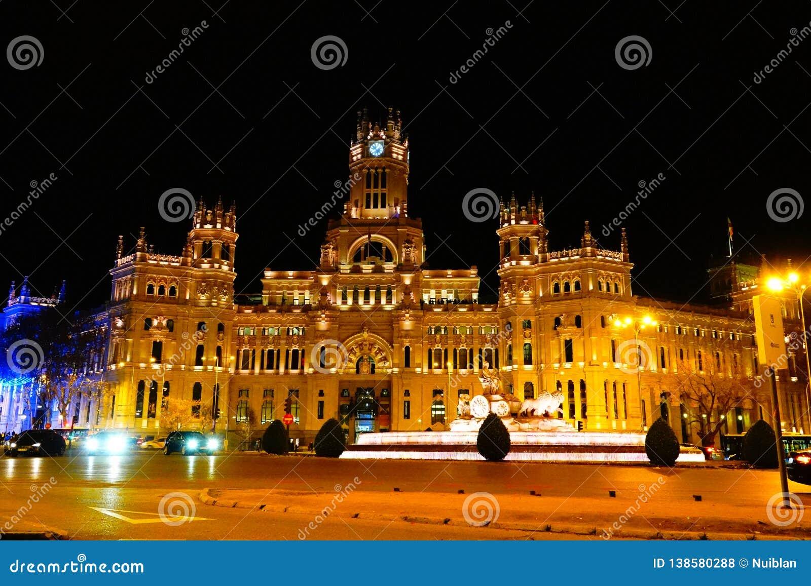 Μαδρίτη, Ισπανία  Στις 6 Ιανουαρίου 2019: Το παλάτι των επικοινωνιών και η πηγή Cybele που φωτίζεται τη νύχτα στα Χριστούγεννα