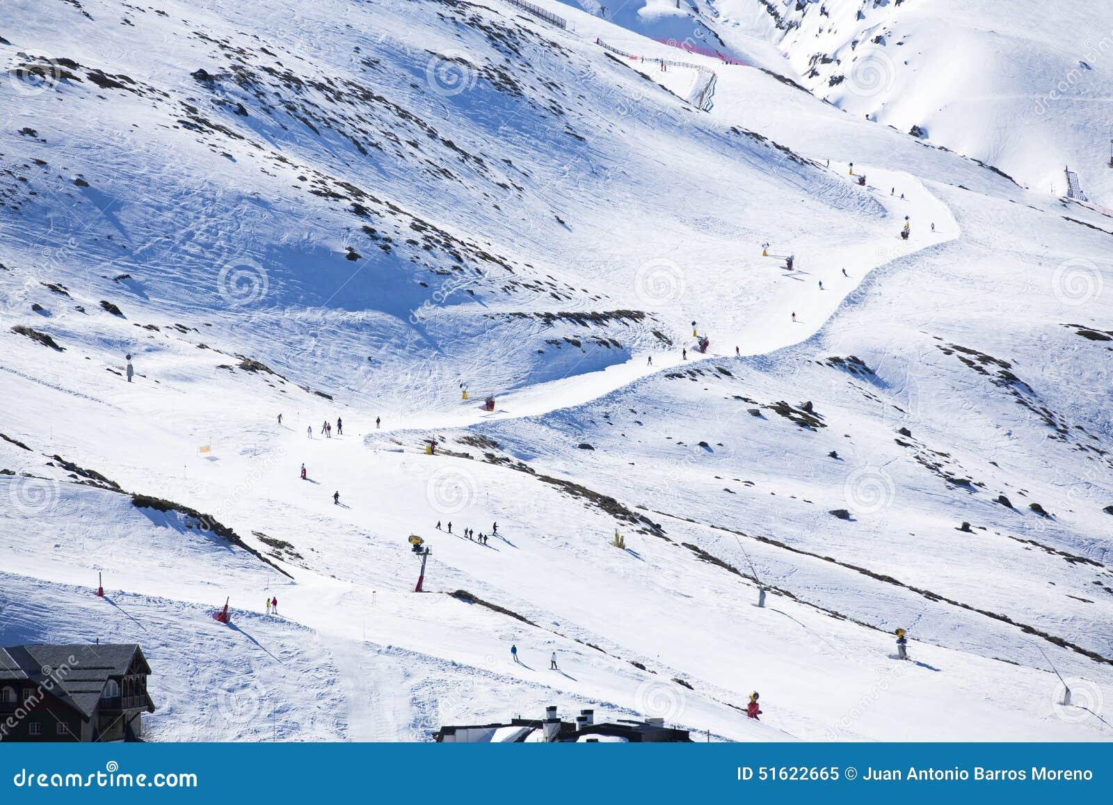 Μαζική κάθοδος των σκιέρ βουνών από μια ευρεία βουνοπλαγιά