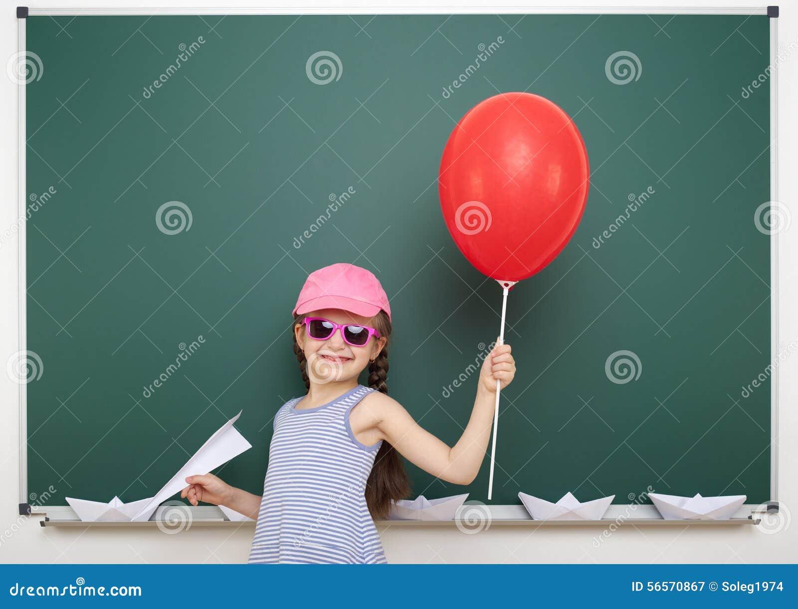 Download Μαθήτρια κοντά στο σχολικό πίνακα Στοκ Εικόνα - εικόνα από πλεξίδα, ροζ: 56570867