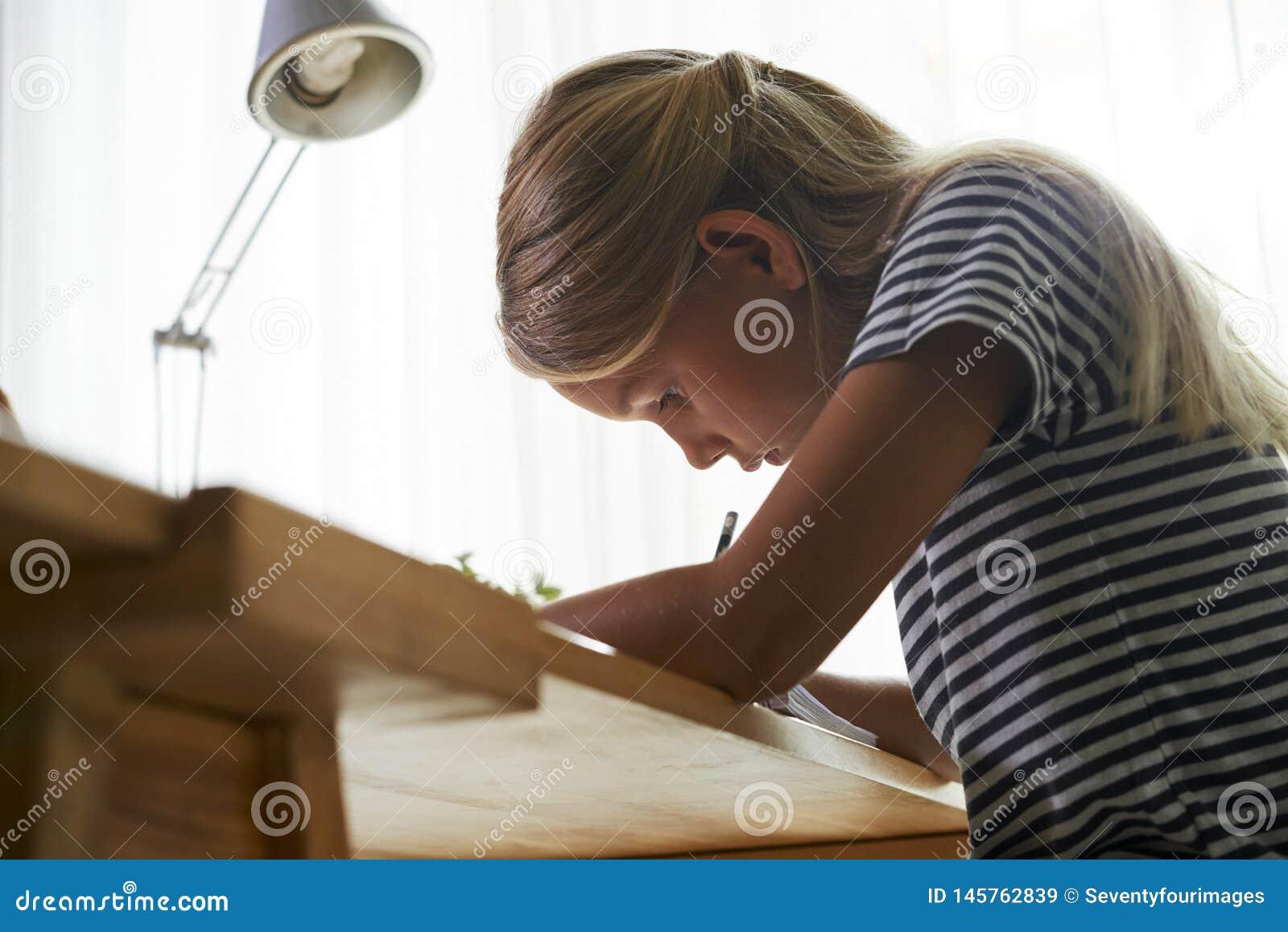 Μαθήτρια που κάνει την εργασία