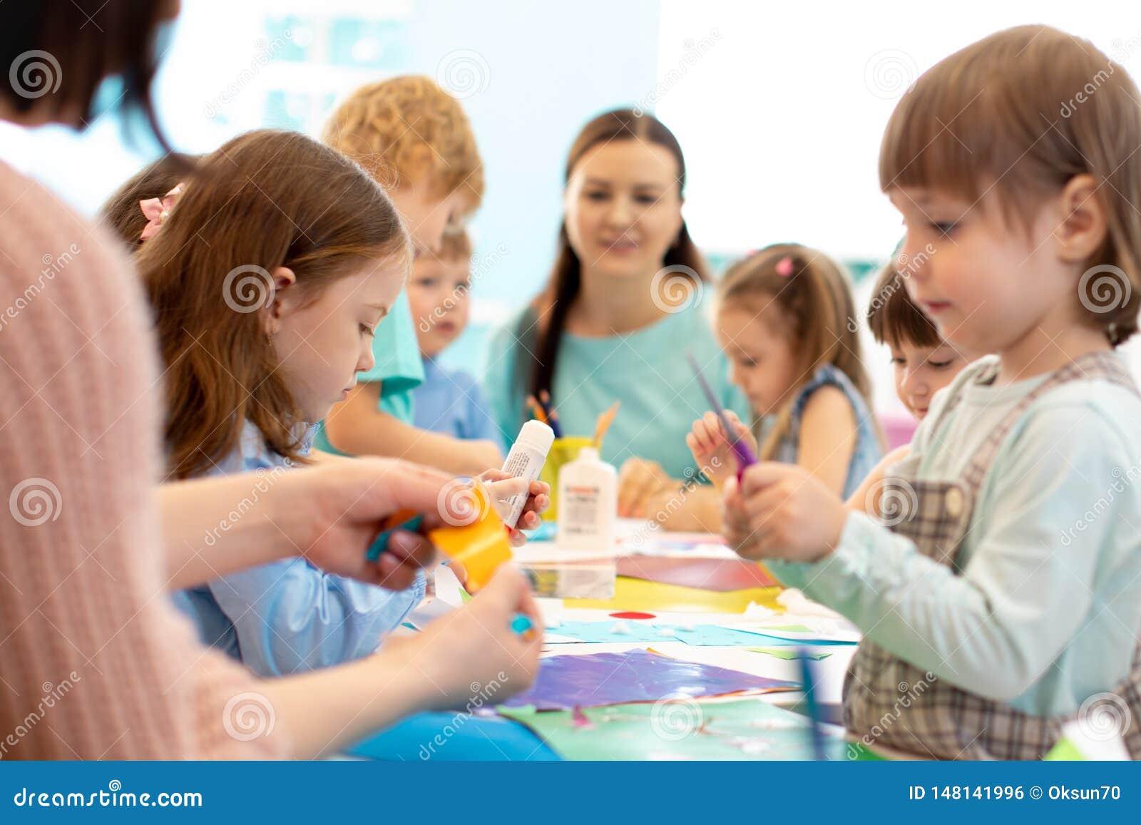 Μαθαίνοντας παιδιά ανάπτυξης στον παιδικό σταθμό Πρόγραμμα παιδιών στον παιδικό σταθμό Ομάδα τέμνοντος εγγράφου παιδιών και δασκά