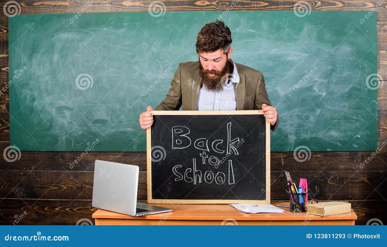 Μαθητές διδασκαλίας το επαγγελματικό επάγγελμά του Ο δάσκαλος ή ο διευθυντής σχολείου χαιρετίζει την επιγραφή πίσω στο σχολείο δά