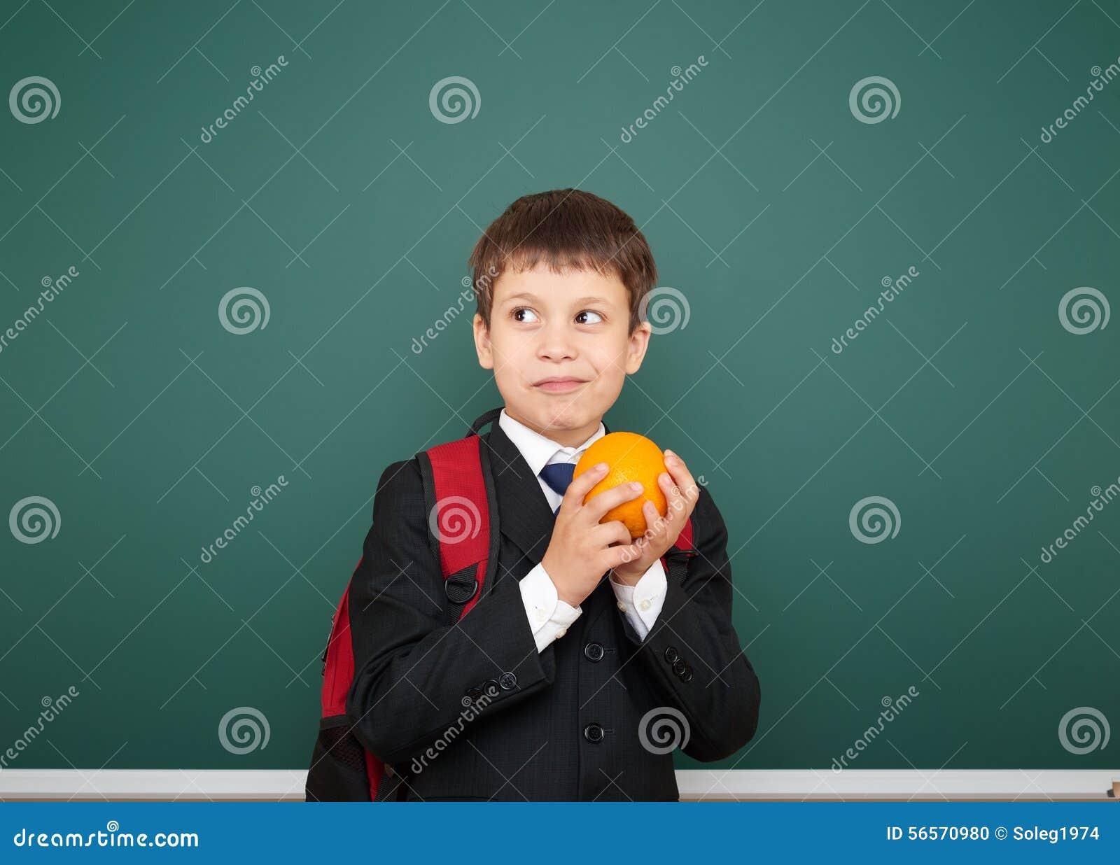 Download Μαθητής με το πορτοκάλι και ο σχολικός πίνακας Στοκ Εικόνες - εικόνα από καθαρίστε, σχέδιο: 56570980