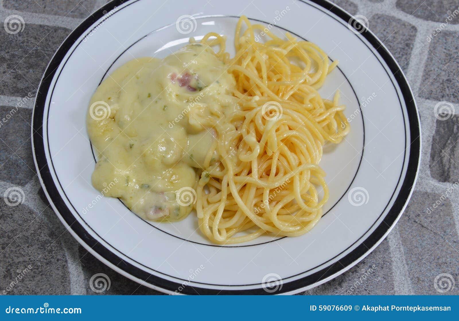 Μακαρόνια που ντύνουν την άσπρη σάλτσα τυριών στο πιάτο Στοκ Εικόνα ... ea7067e4498
