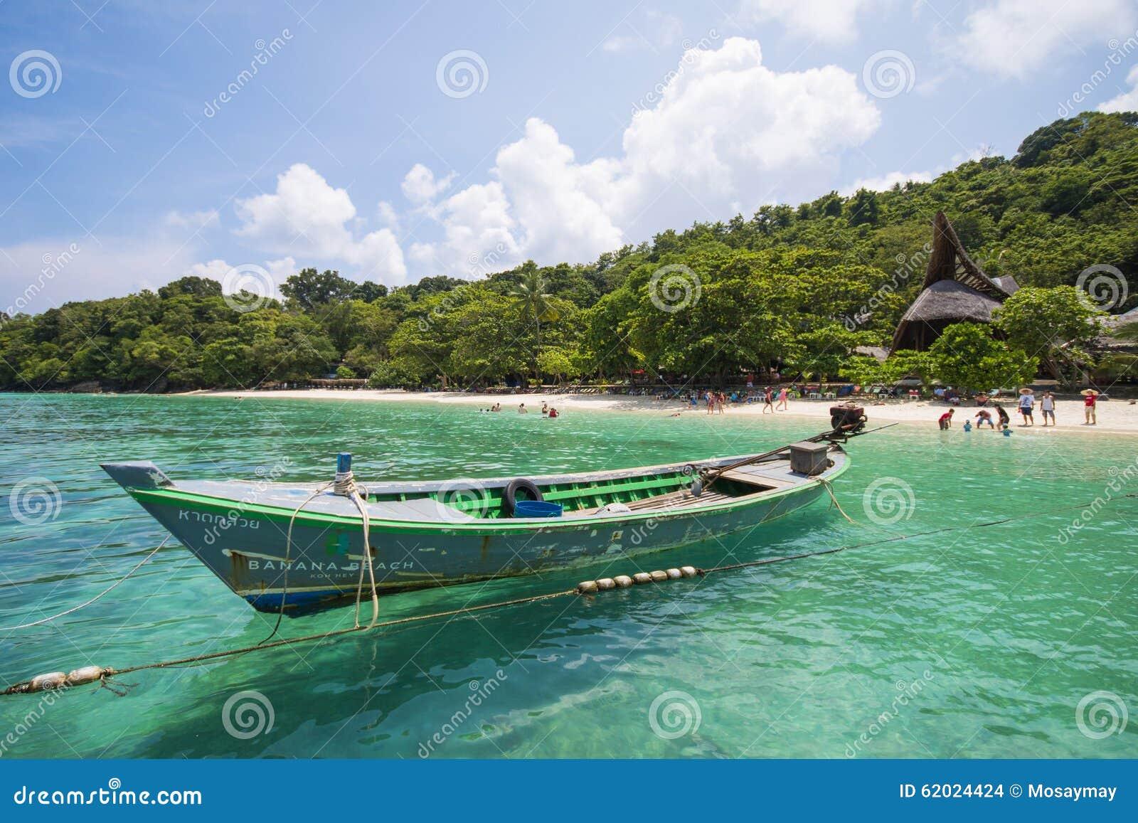 Μακριά βάρκα ουρών στη θάλασσα στο νησί κοραλλιών