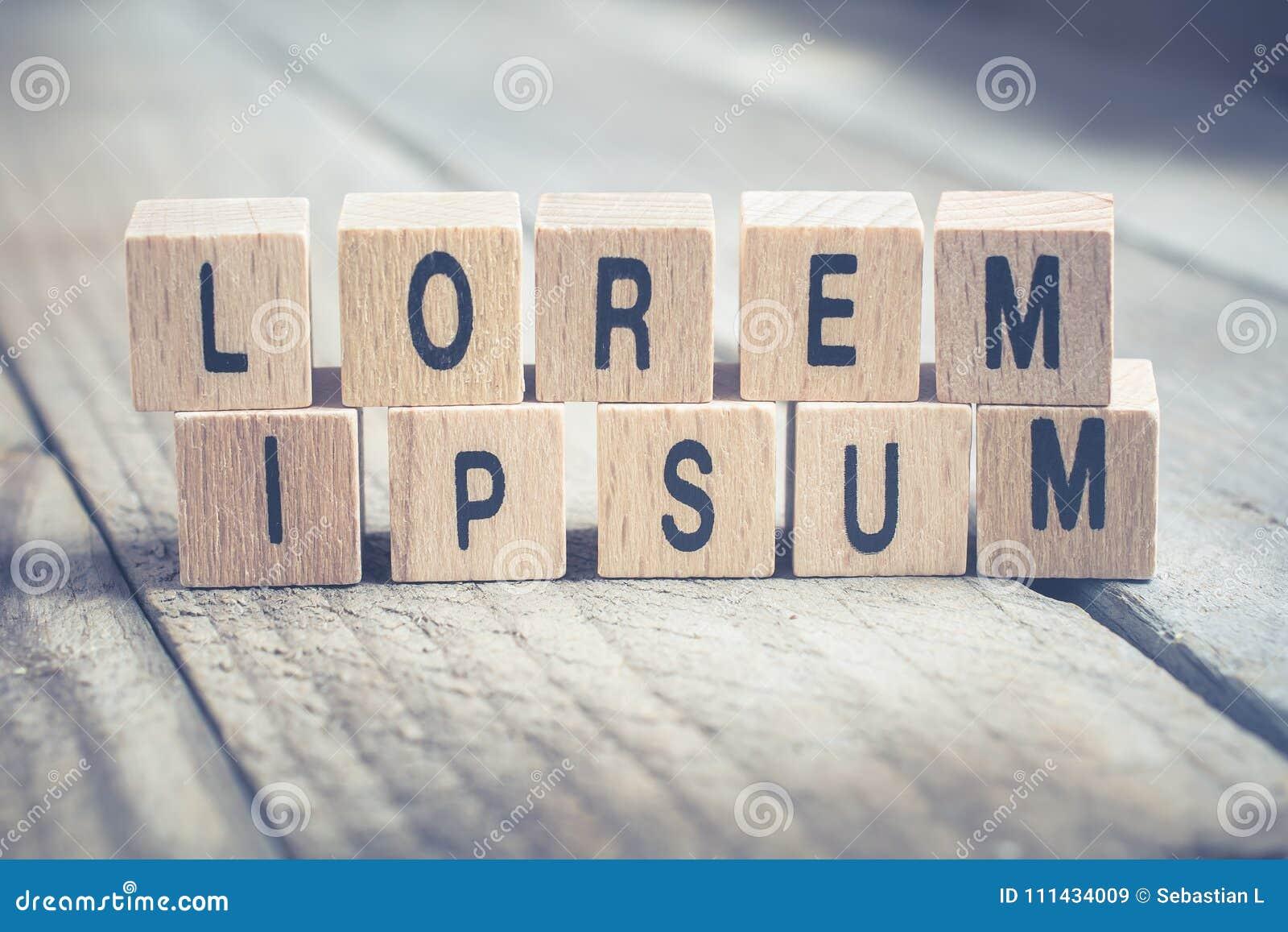 Μακροεντολή των λέξεων Lorem Ipsum που διαμορφώνεται από τους ξύλινους φραγμούς σε ένα ξύλινο πάτωμα