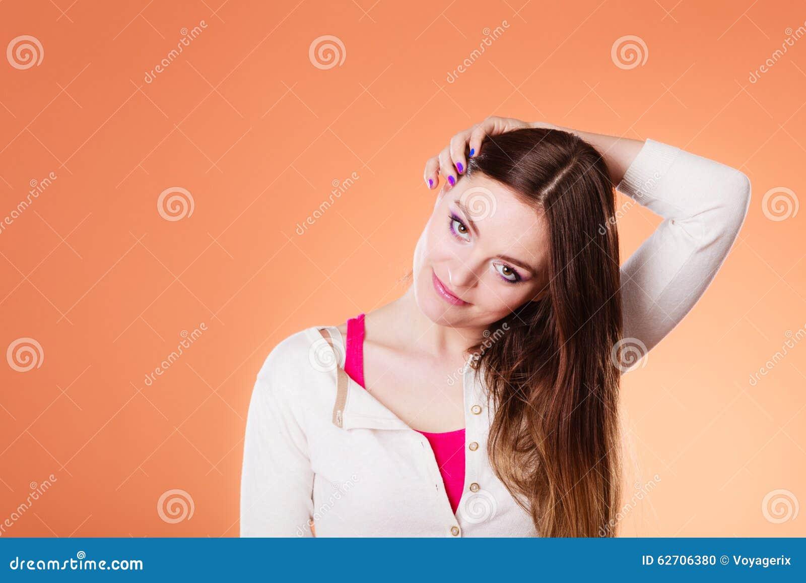 Μακροχρόνιο ευθύ πορτρέτο τρίχας γυναικών makeup