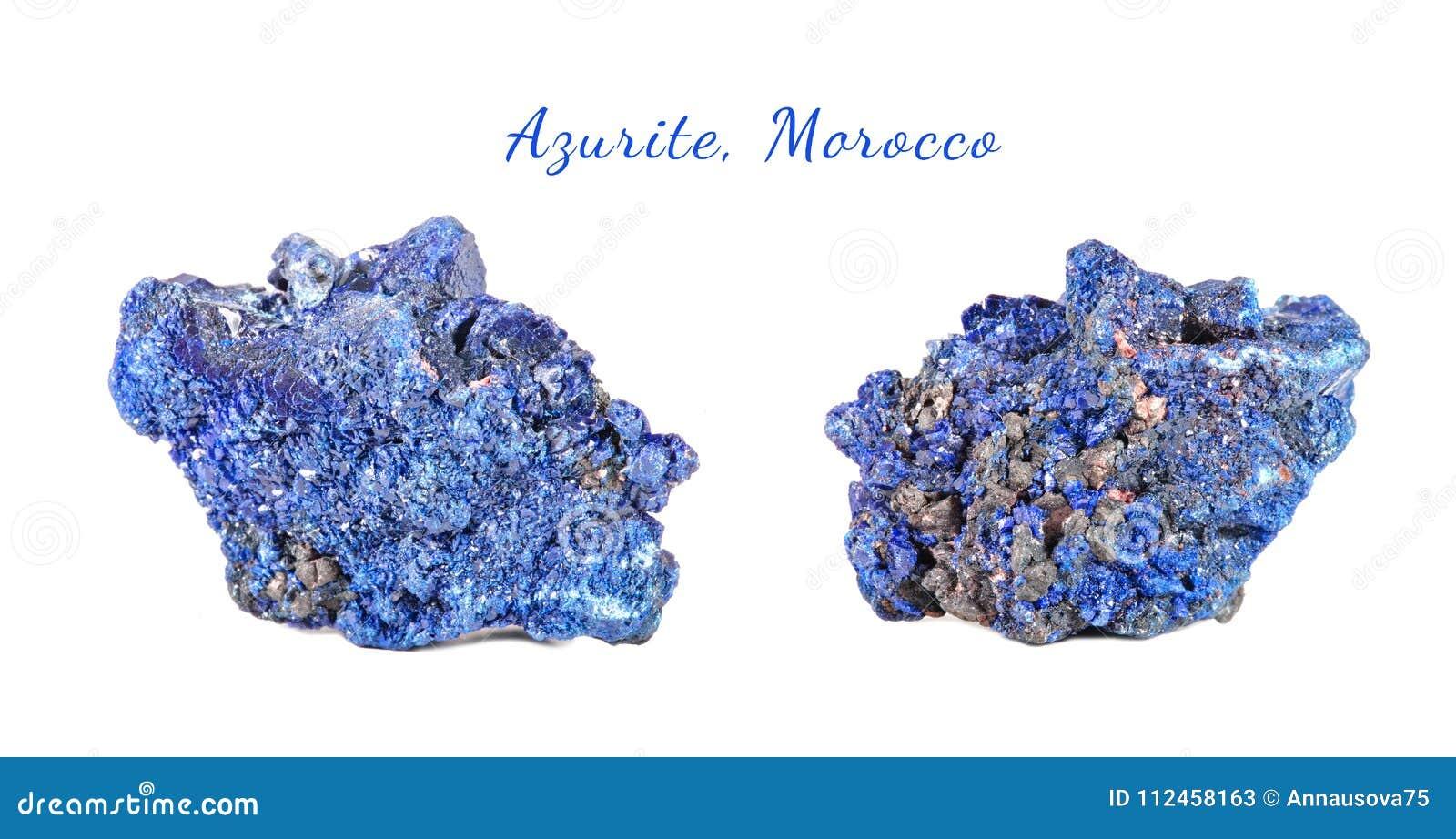 Μακρο πυροβολισμός του φυσικού πολύτιμου λίθου Ακατέργαστο μετάλλευμα azurite, Μαρόκο Απομονωμένο αντικείμενο σε μια άσπρη ανασκό