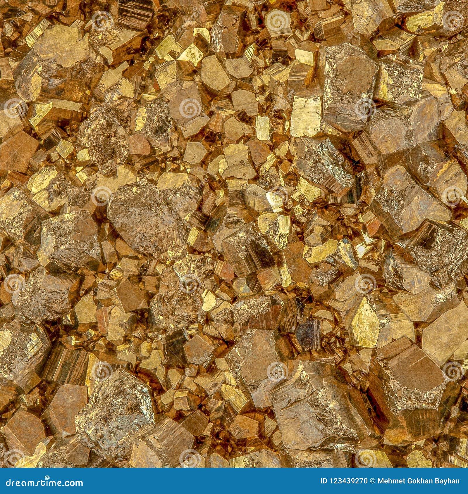 Μακρο φωτογραφία των μεταλλικών χρυσών κύβων πυρίτη χρώματος