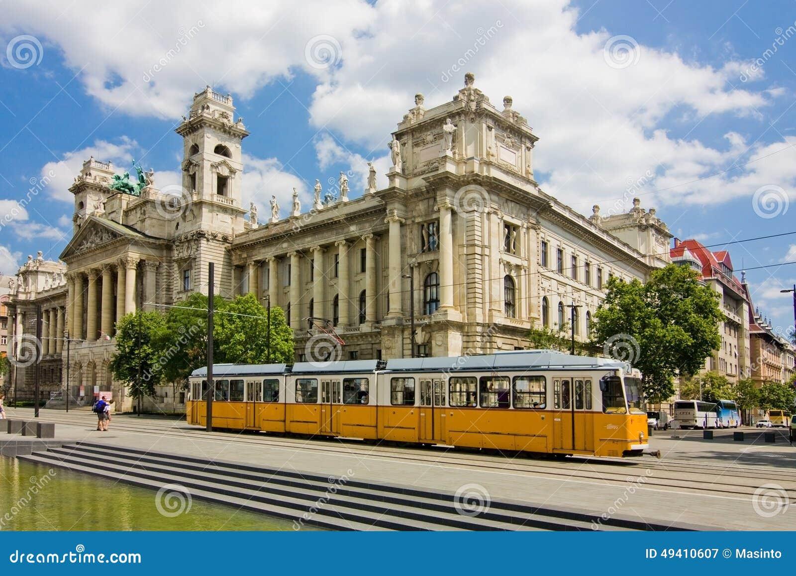 Μακρύ κίτρινο τραμ στη Βουδαπέστη