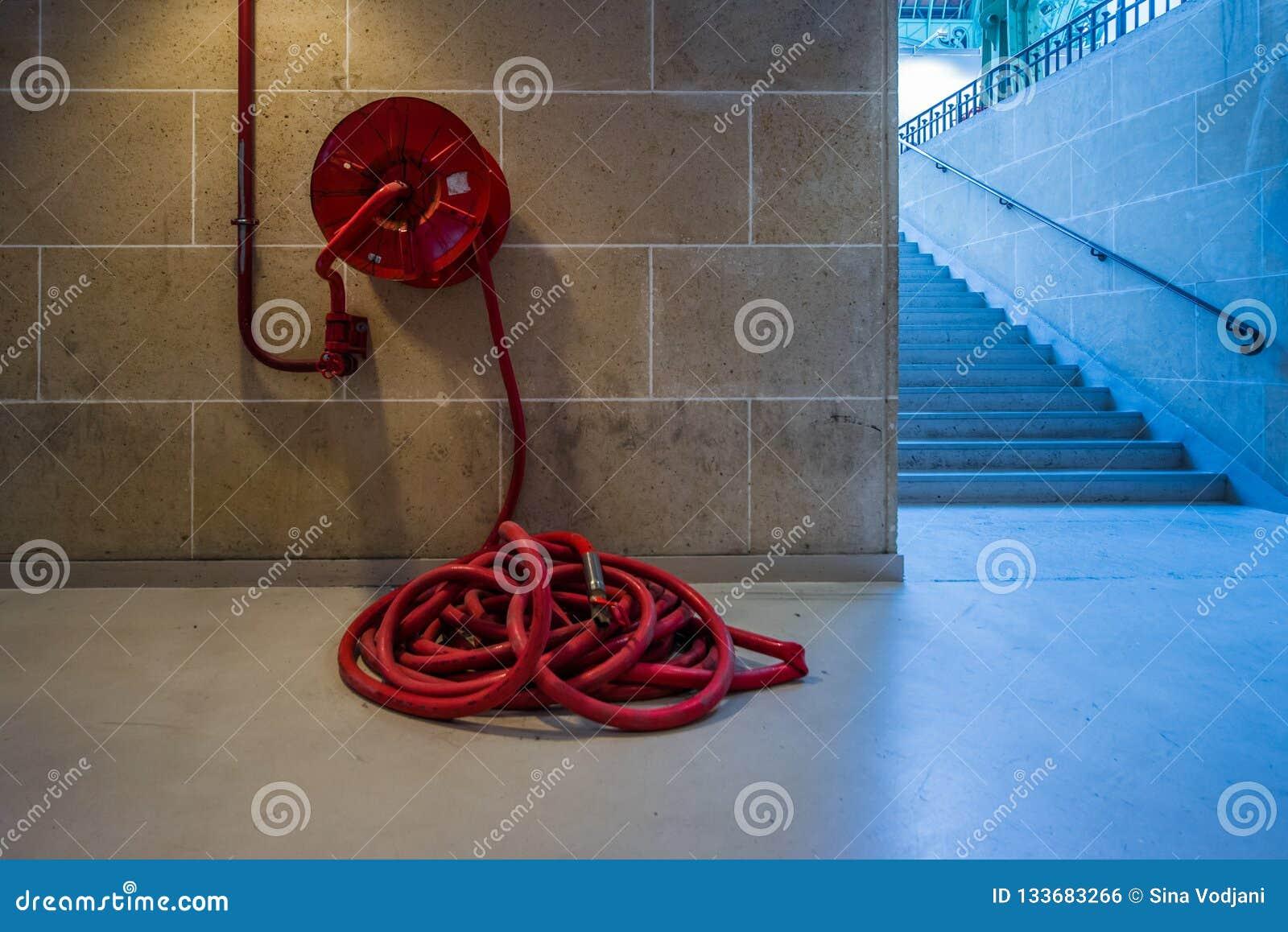 Μακρύ κόκκινο hosepipe πυροσβεστικών σταθμών abstrakt